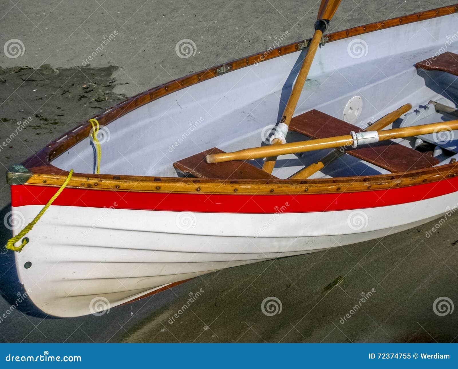在海滩的救生员小船