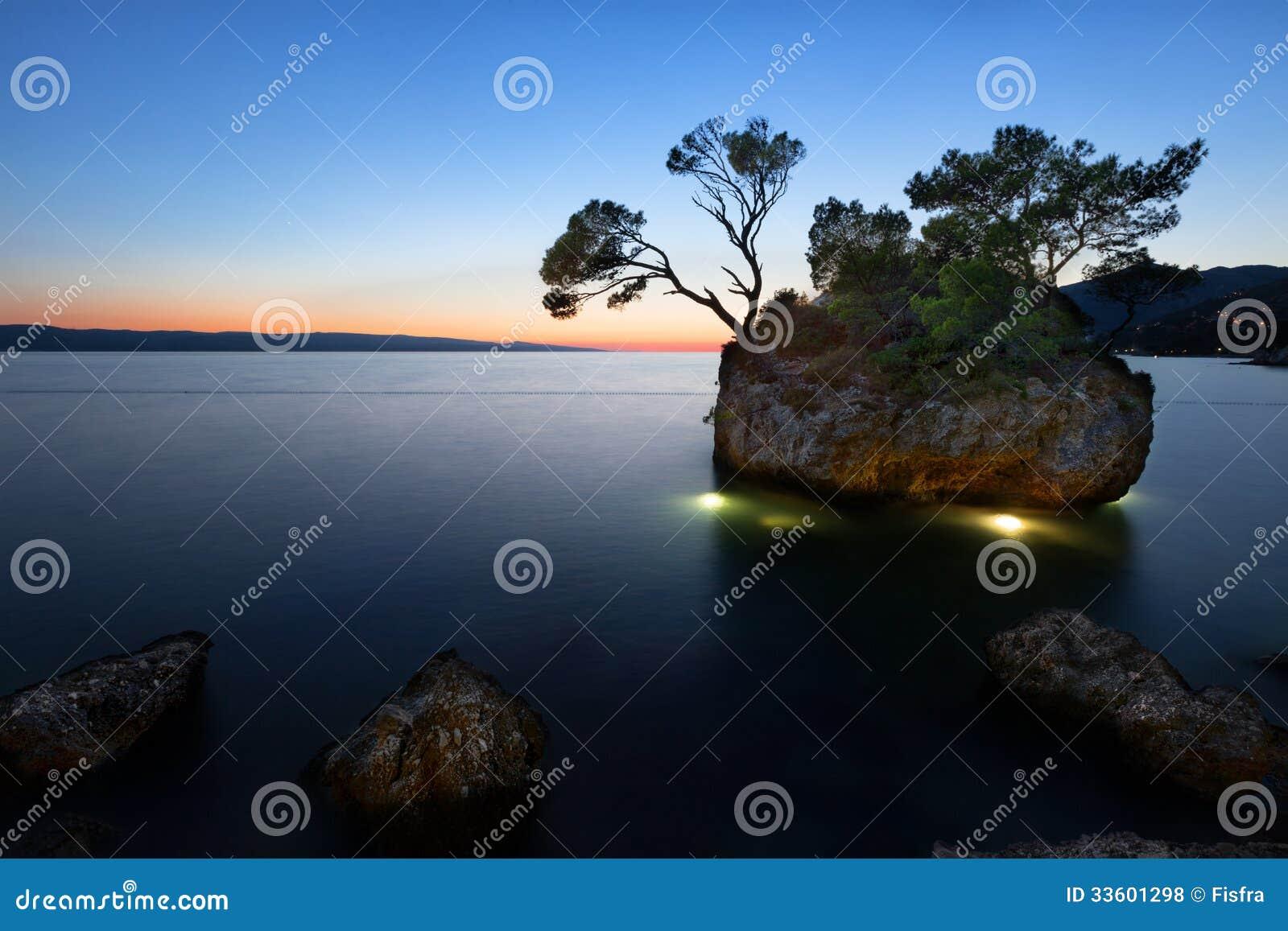 在海滩的日落与Kamen Brela (Brela石头), Brela,亚得里亚