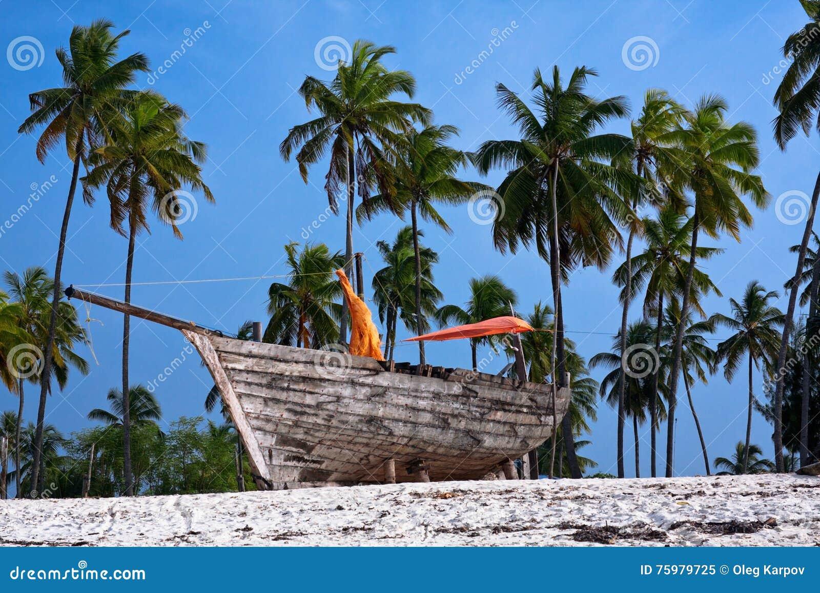 在海滩的木渔船