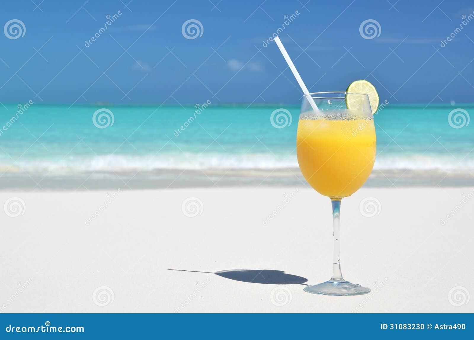 在海滩的橙汁
