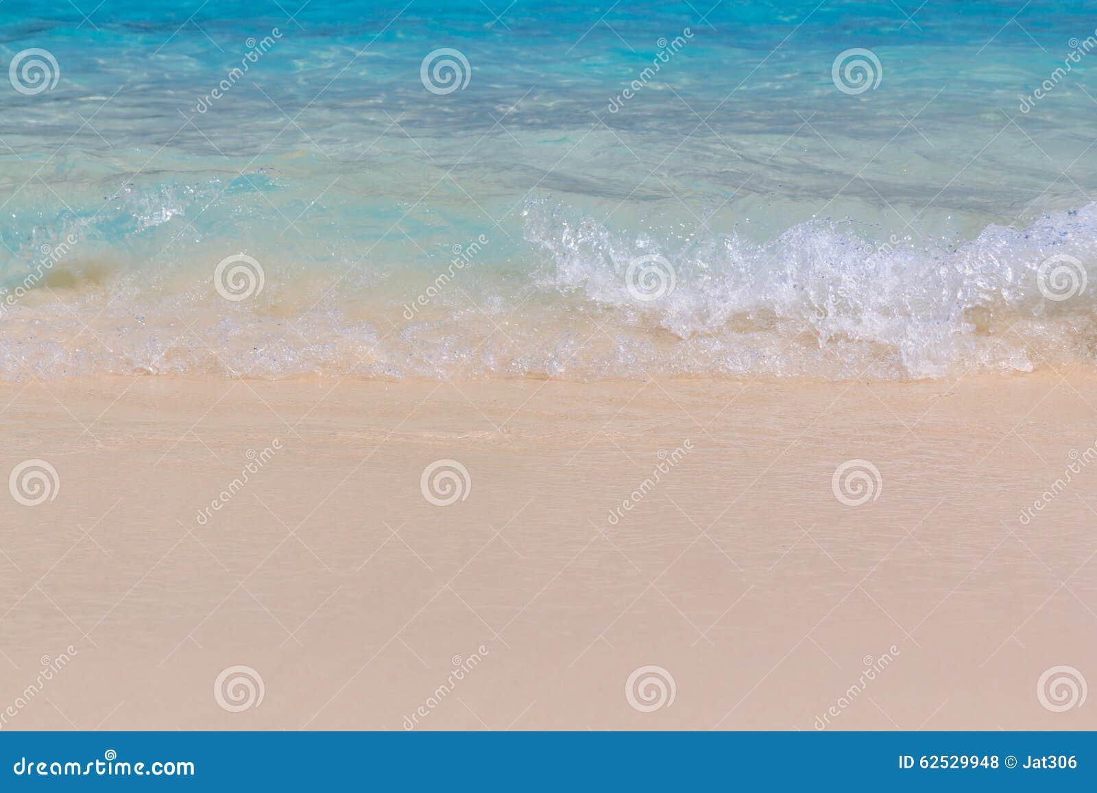 在海滩的海波浪