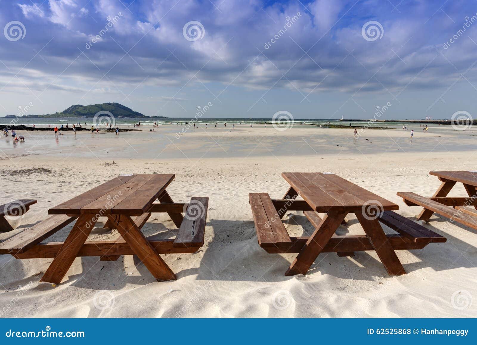 在海滩的空的木桌