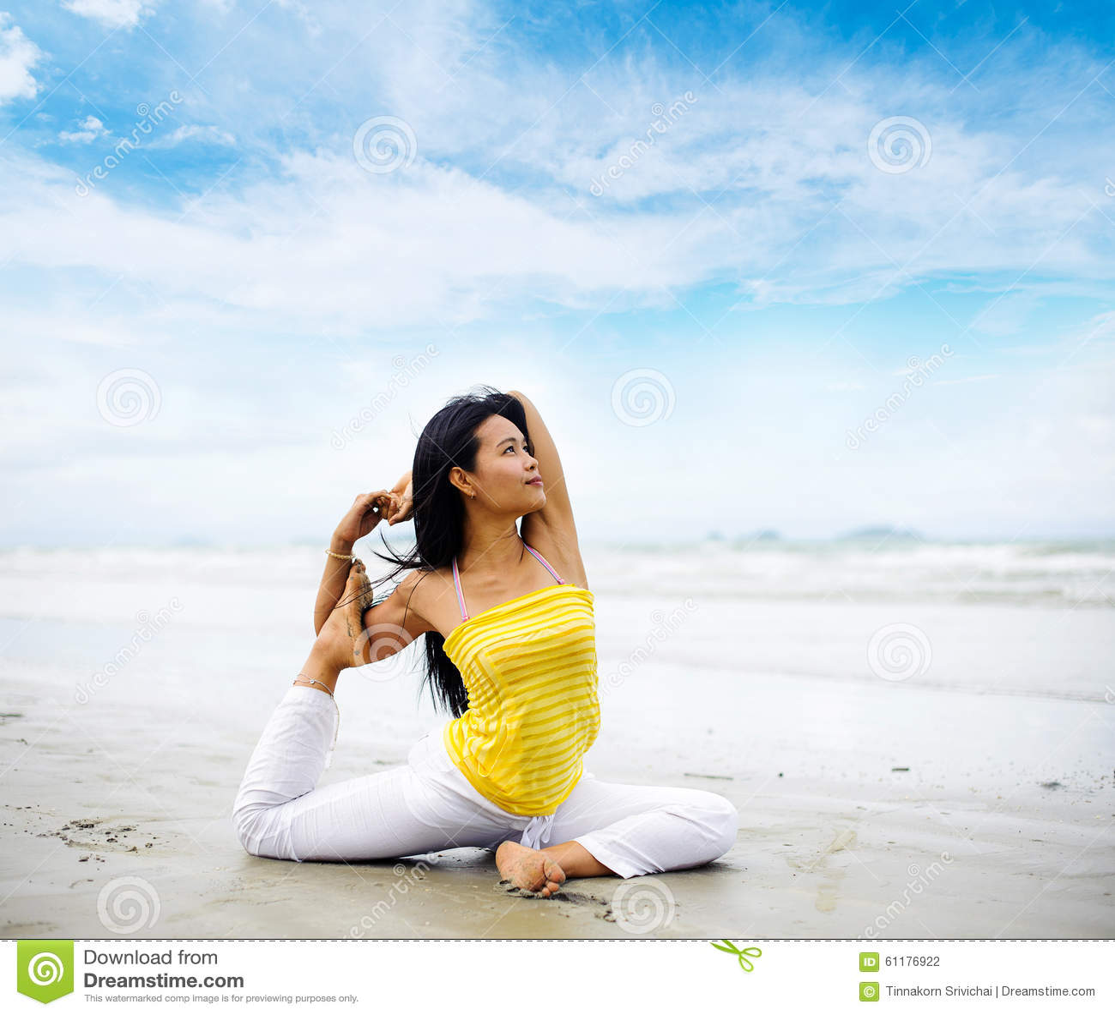 在海灘的美好的瑜伽圖片