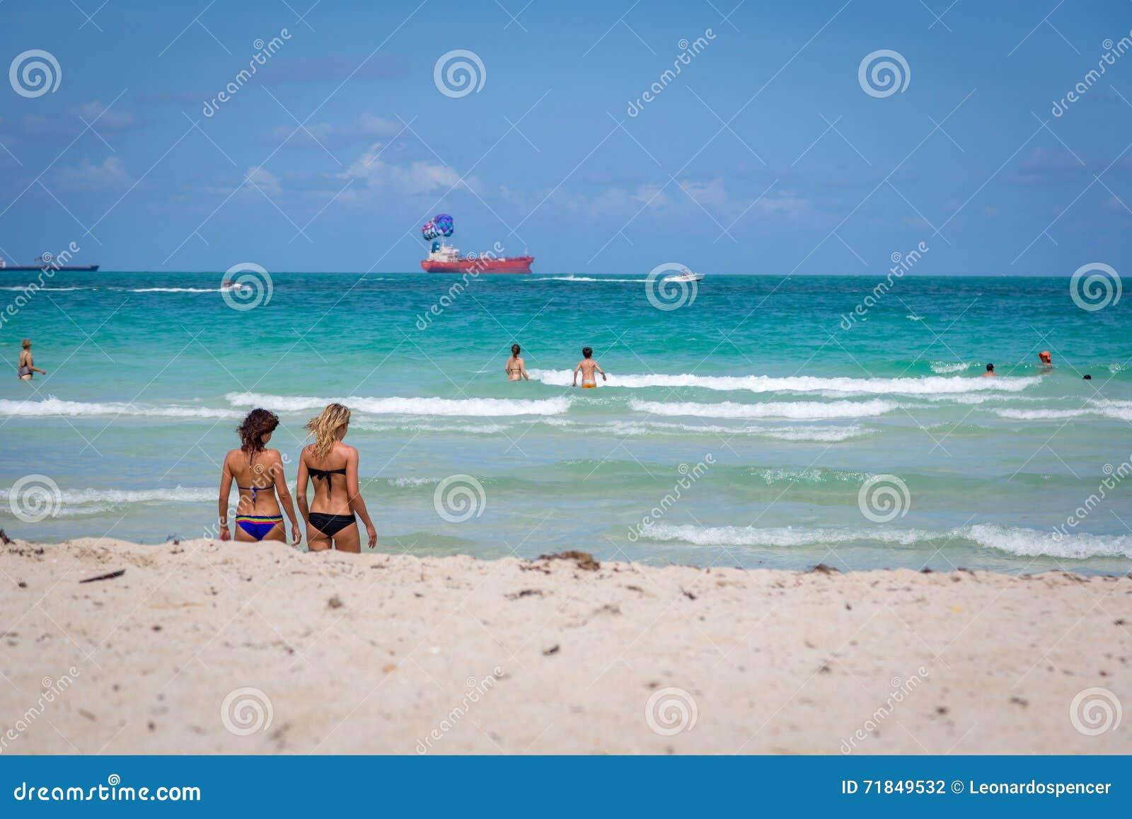 在海滩的美好的蓝天天迈阿密在佛罗里达