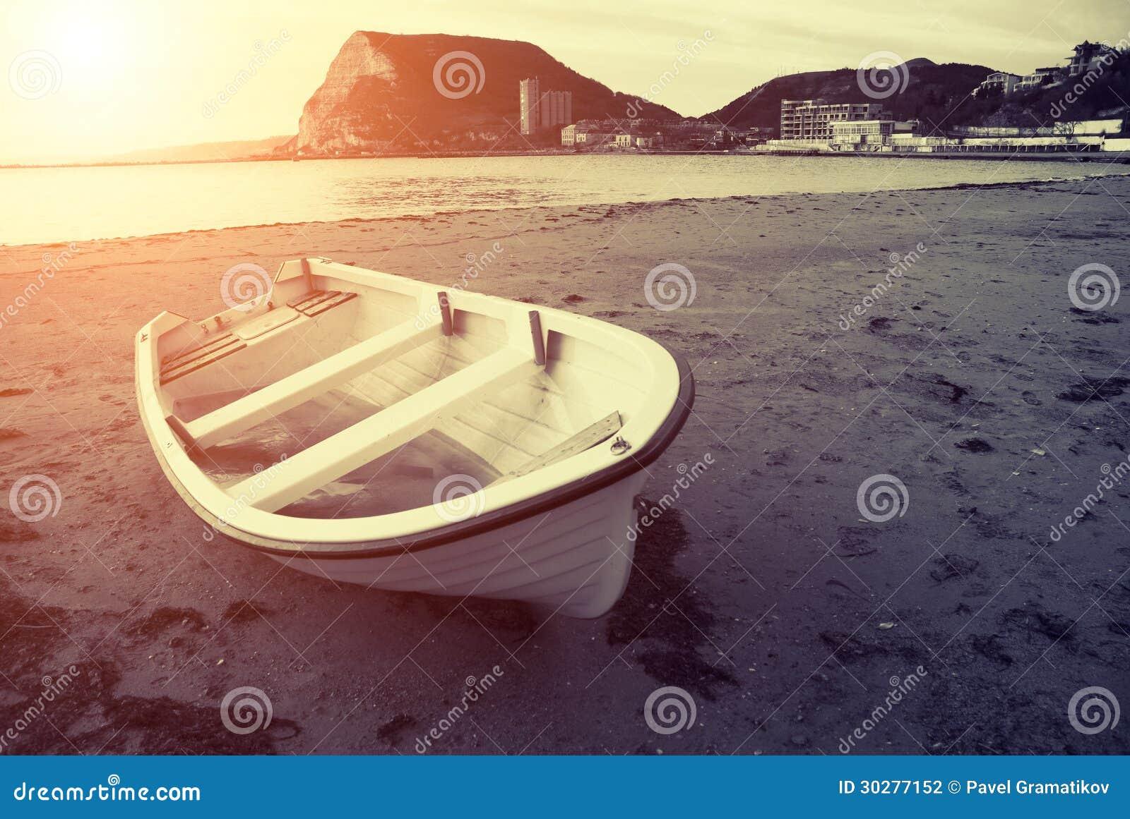 在日落的老小船