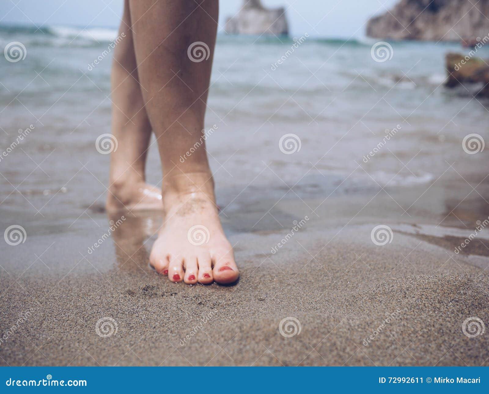 在海滩的脚