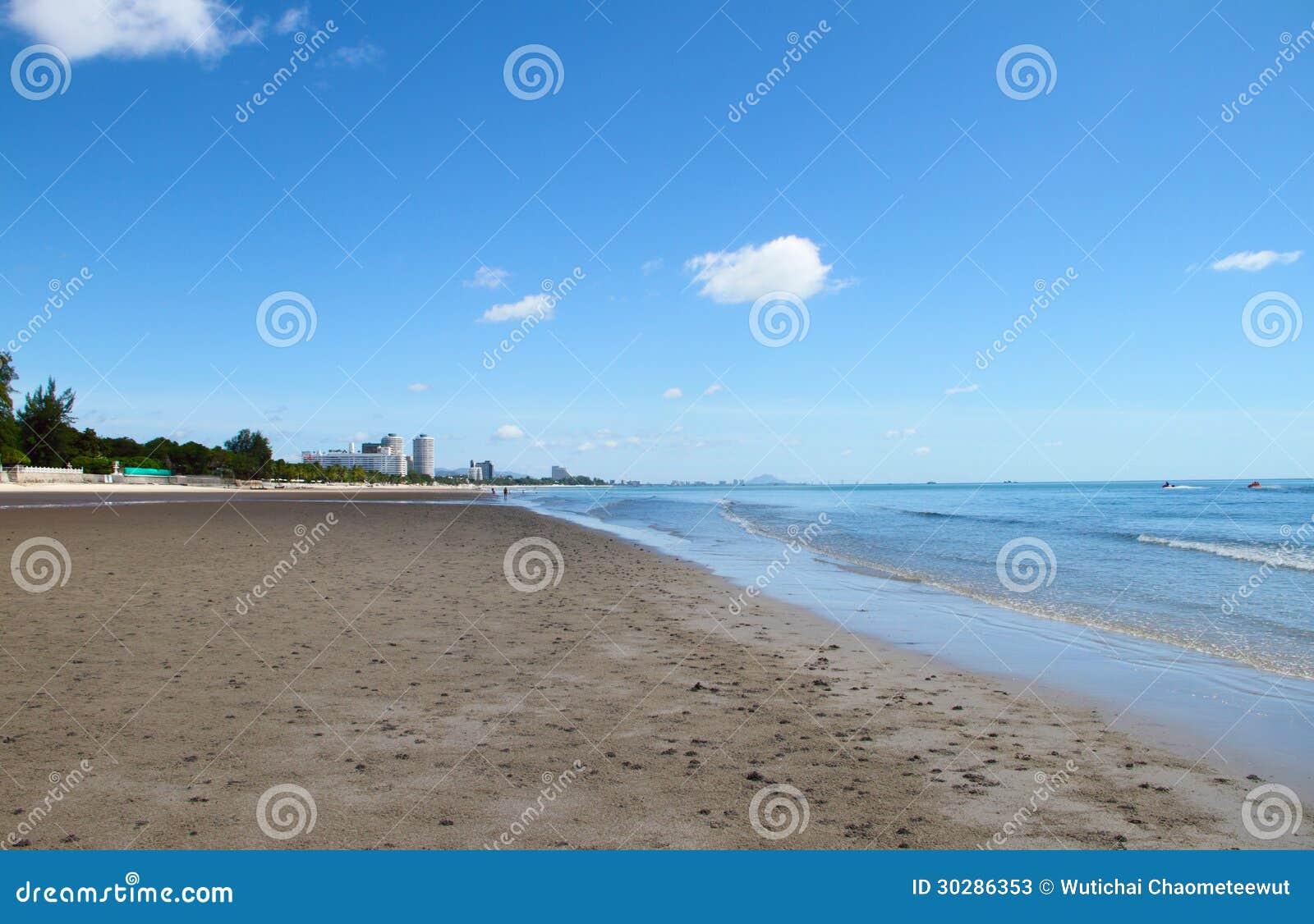 在海滩的蓝天大厦