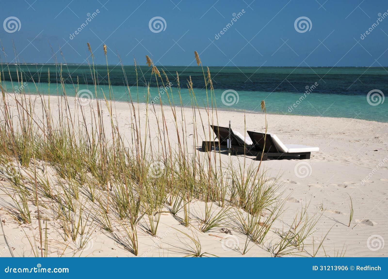 在海滩的躺椅在土耳其人&凯科斯