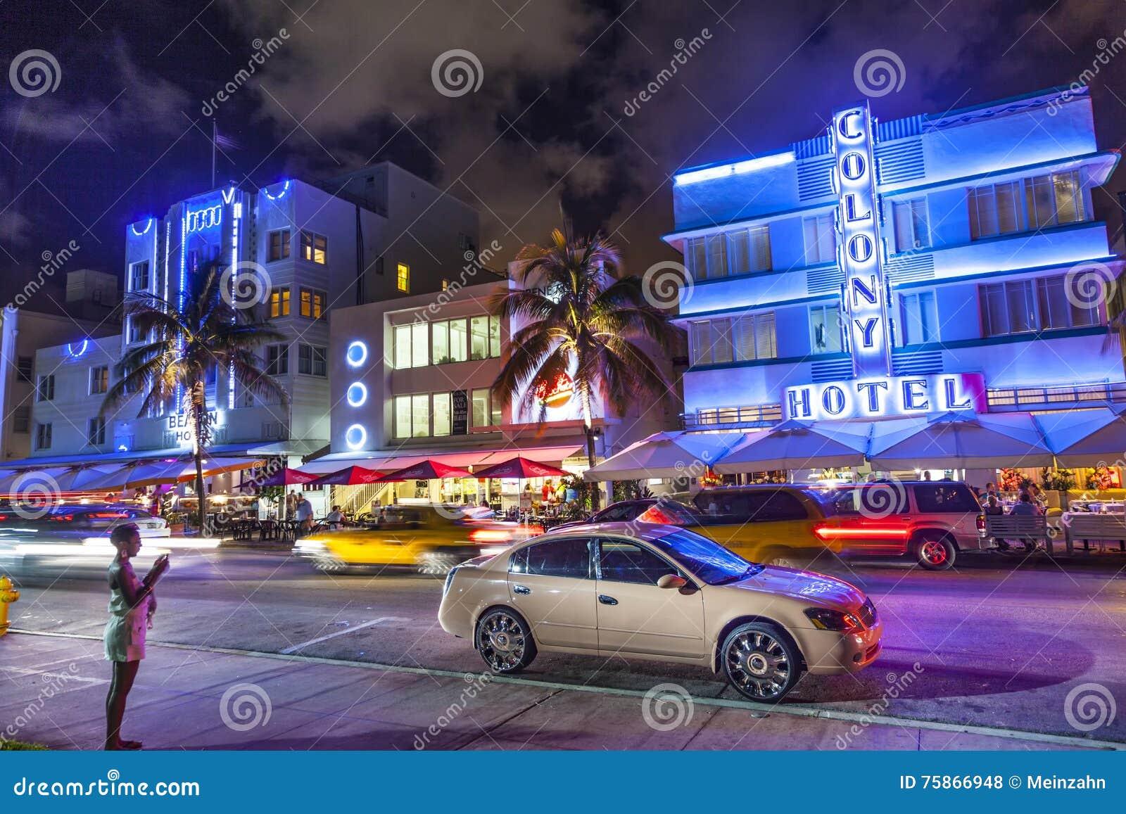 在海洋驱动的夜视图在迈阿密海滩,佛罗里达