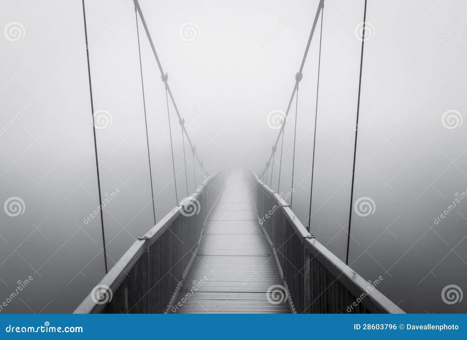 在消失到蠕动的未知的吊桥的鬼的重雾