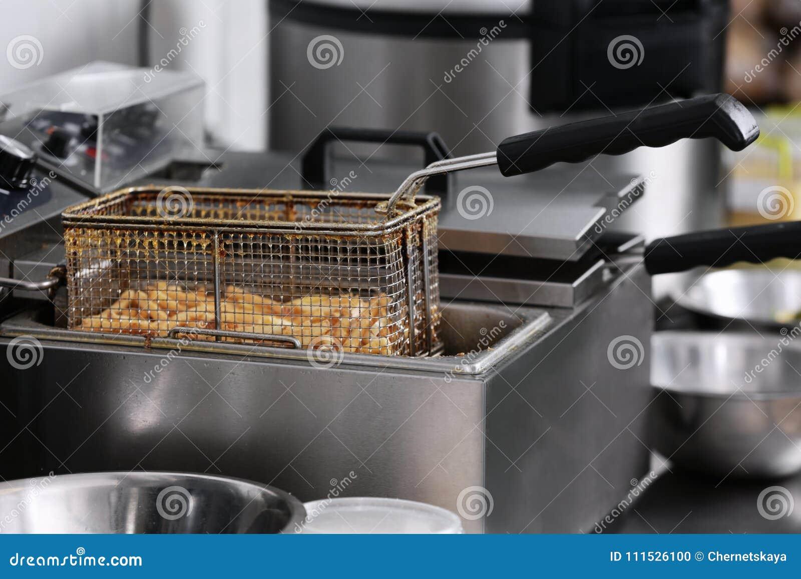 在深炸锅的炸薯条在厨房
