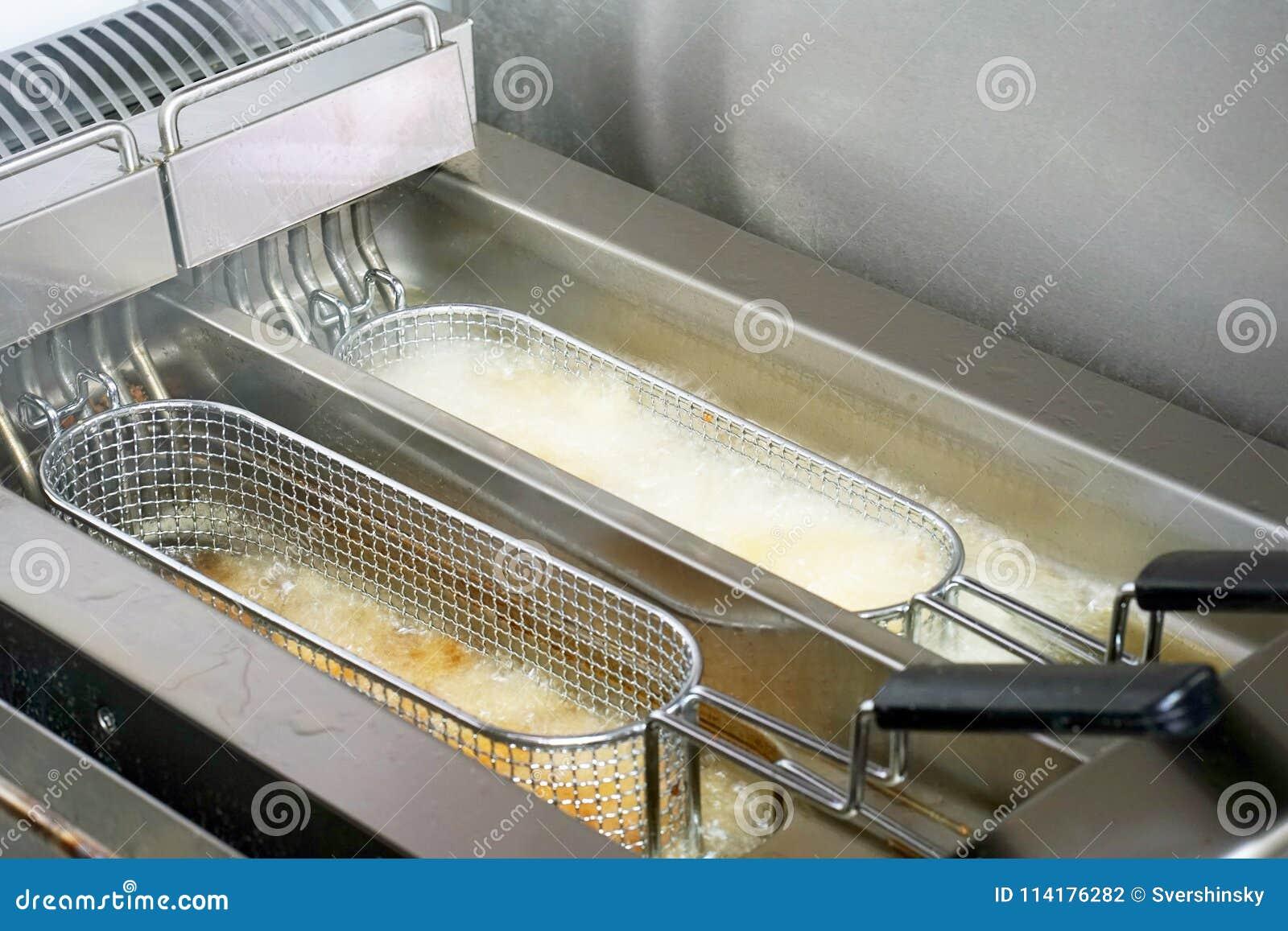 在深炸锅,特写镜头的炸薯条