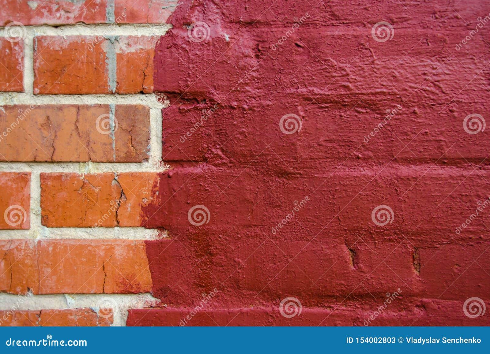 在深红油漆绘的红色砖砌一半