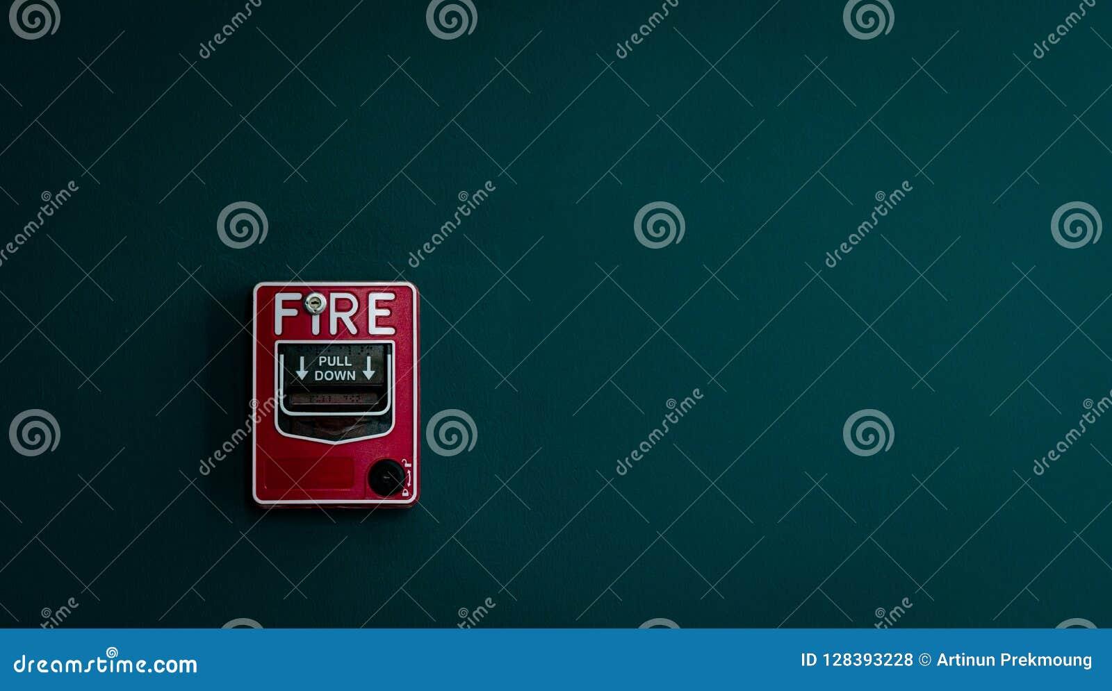 在深绿混凝土墙上的火警 警告和保安系统 安全戒备的事故设备 红色箱子火警