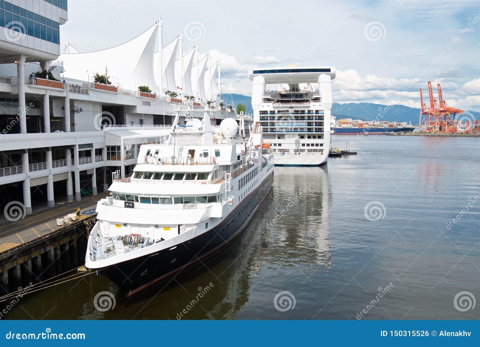 在温哥华靠码头的游轮