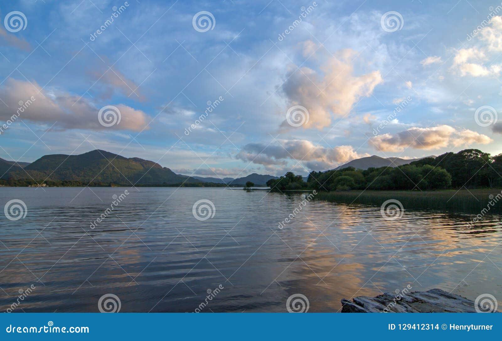 在港湾Leane的暮色日落在凯利圆环在基拉尼爱尔兰