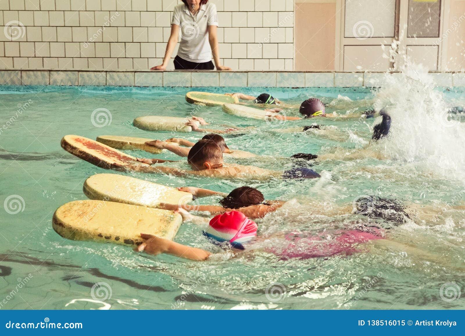 在游泳的技能教训内的小学孩子