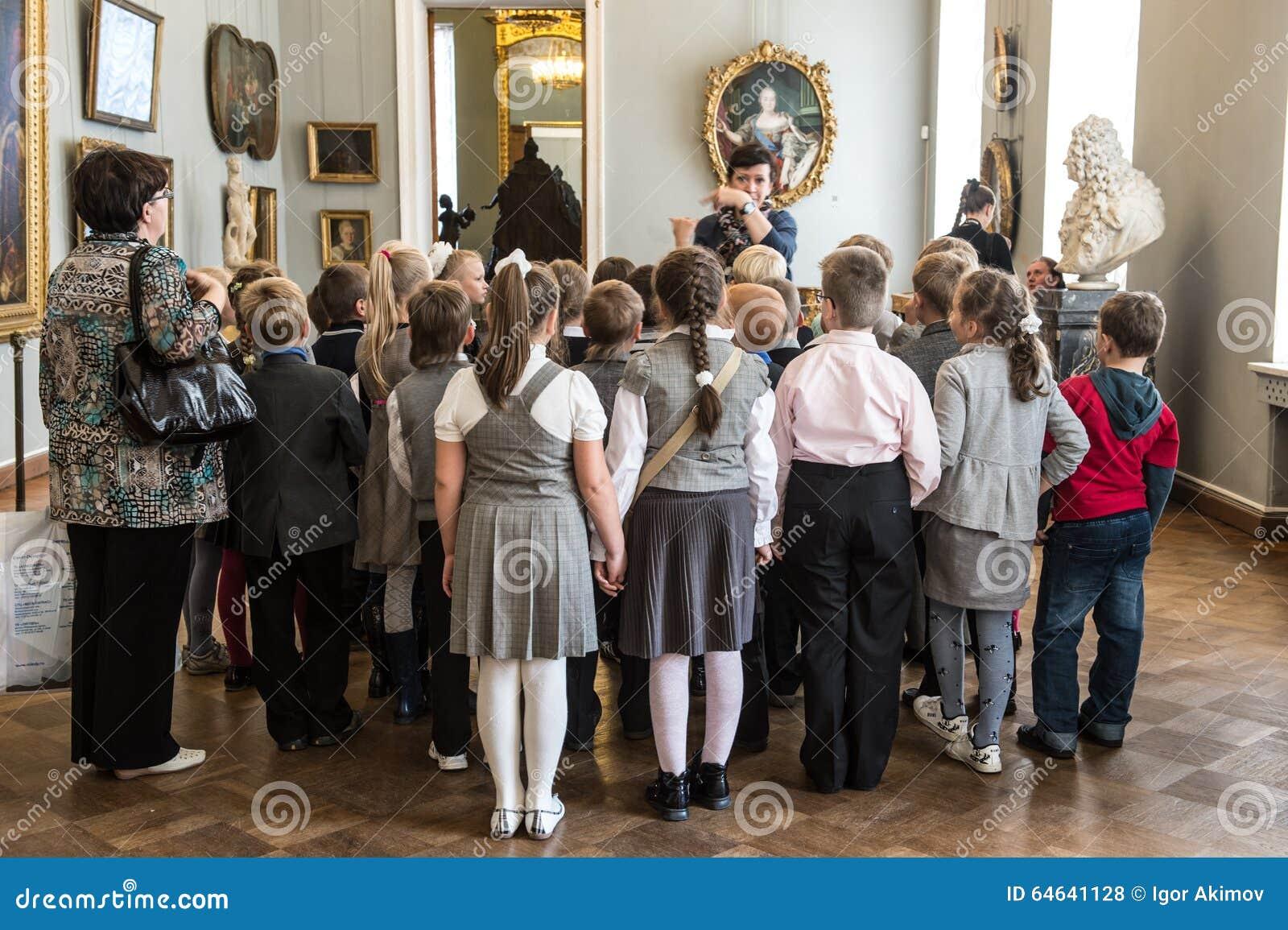 在游览中的孩子在俄国艺术国家博物馆