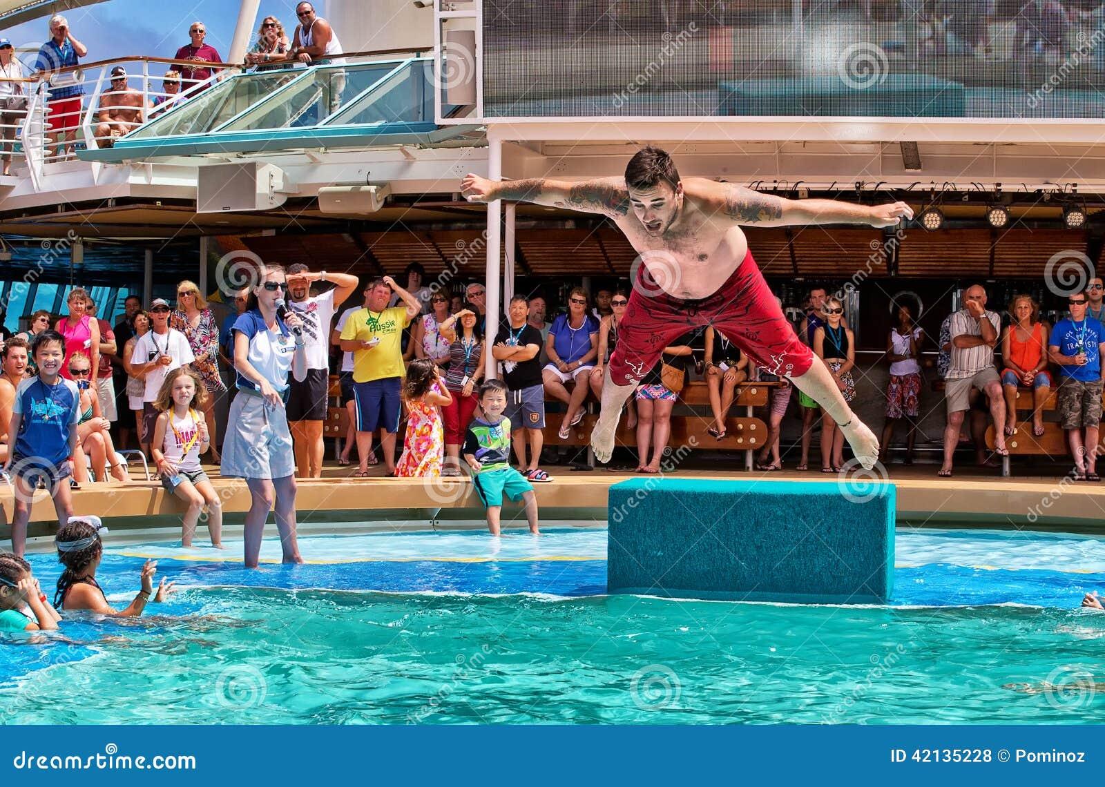 在游轮的胸腹先着水的跳水竞争
