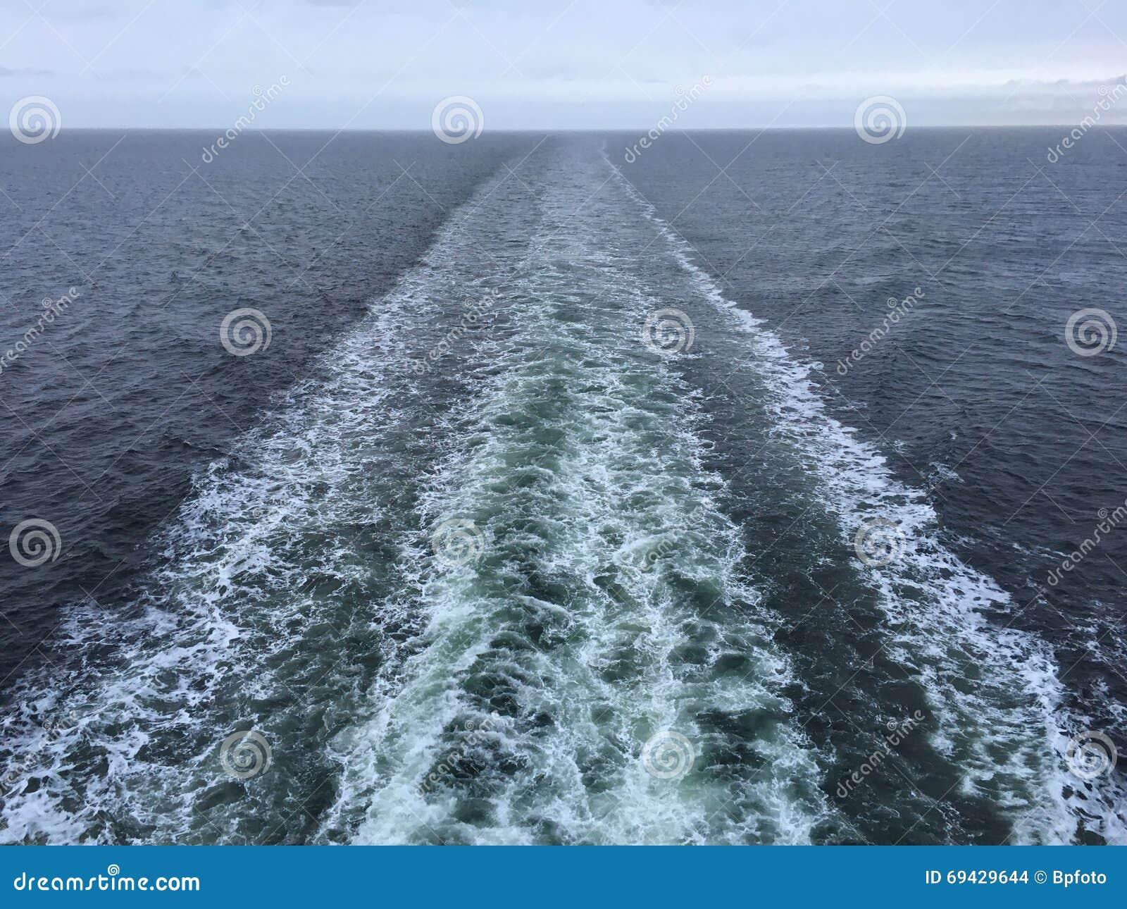 以后的小_在游轮以后的长的白色小条 船苏醒.