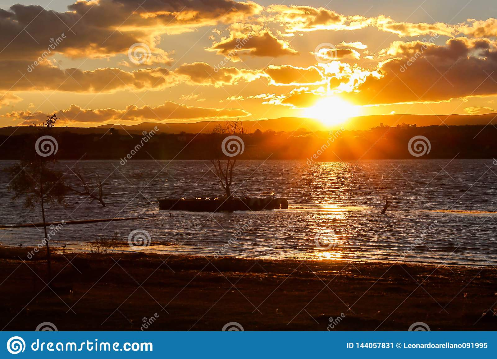 在湖和乡下的日落