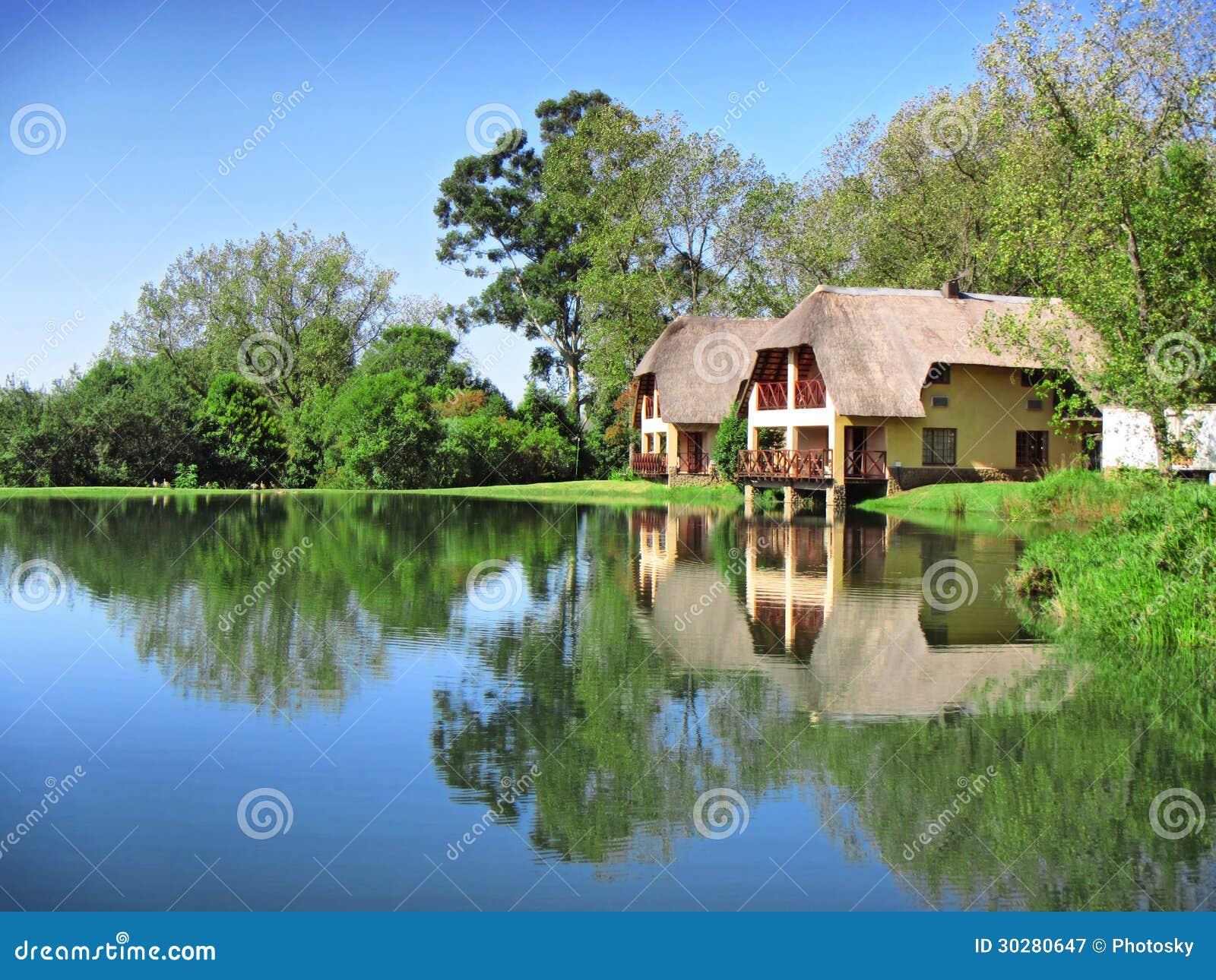 在湖旁边的传统房子