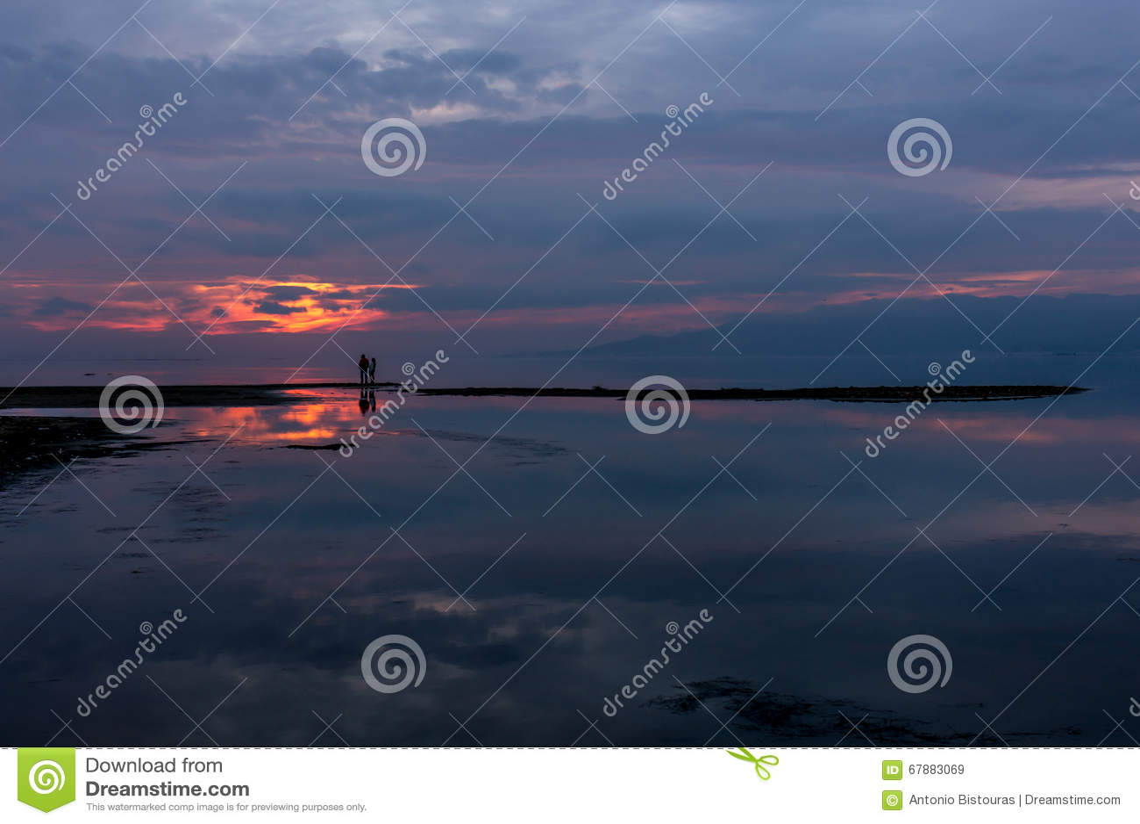 在湖的剧烈的日落