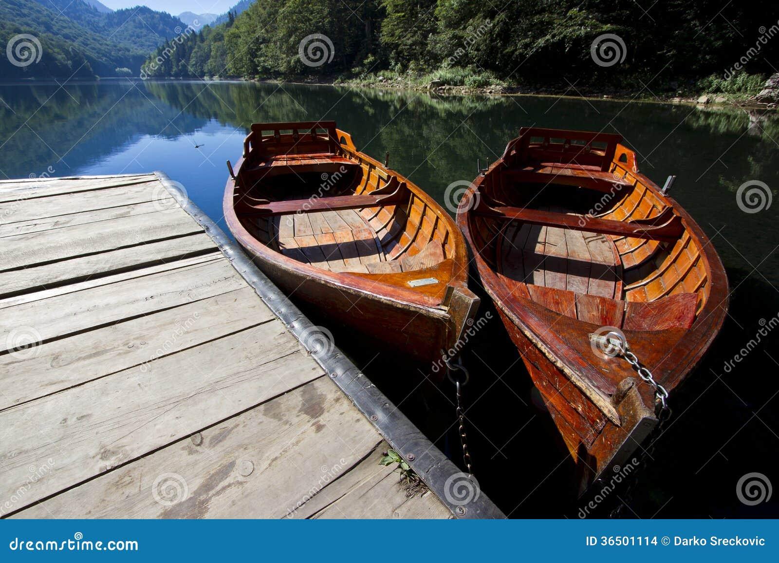 在湖的小船
