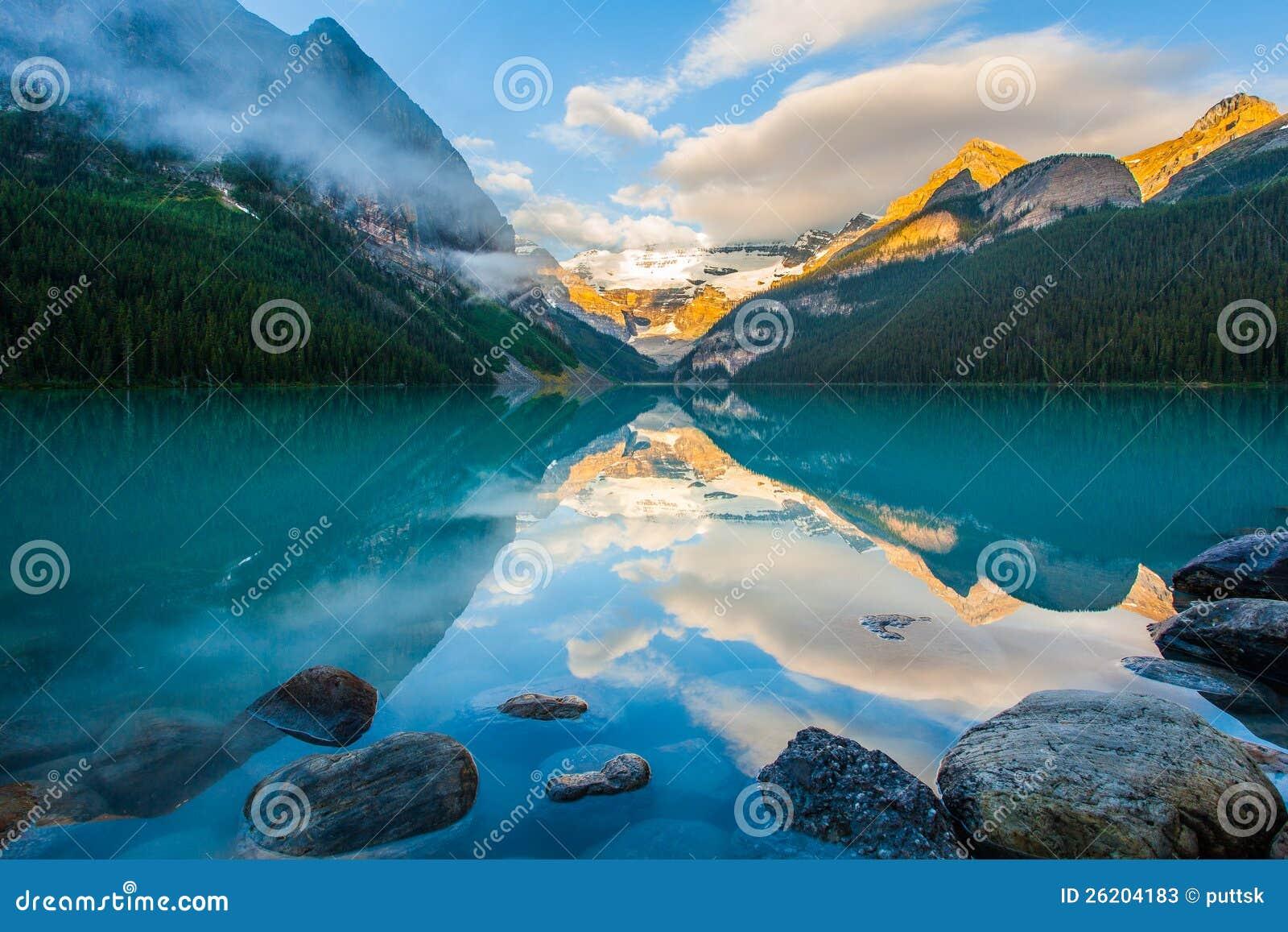 在湖的山反映