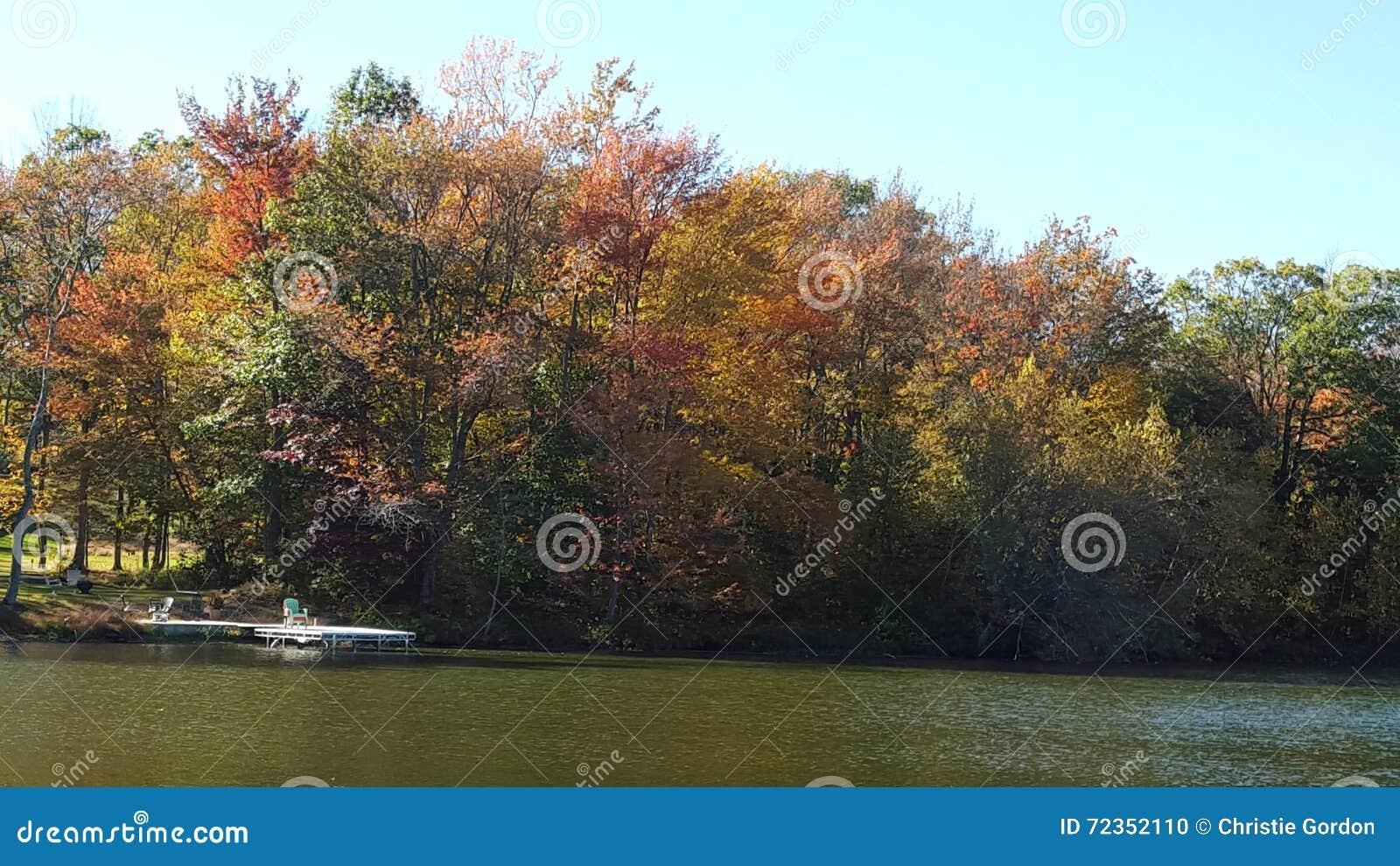 在湖的秋天