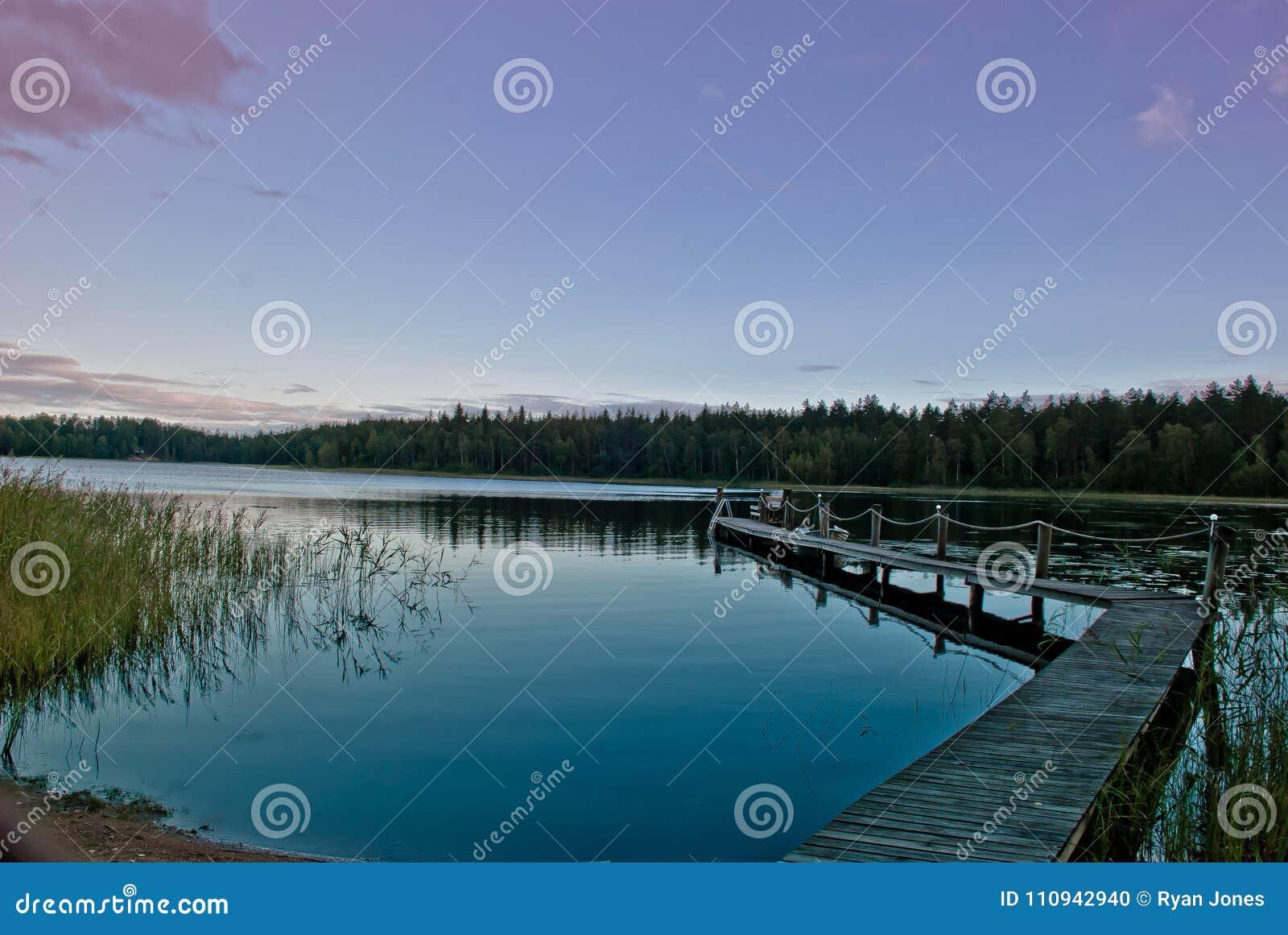 在湖的黄昏在芬兰