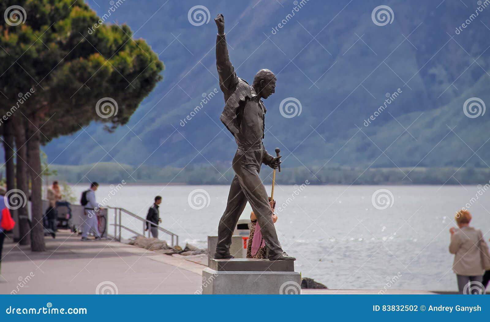 在湖附近的美丽的纪念碑弗雷迪・默丘里