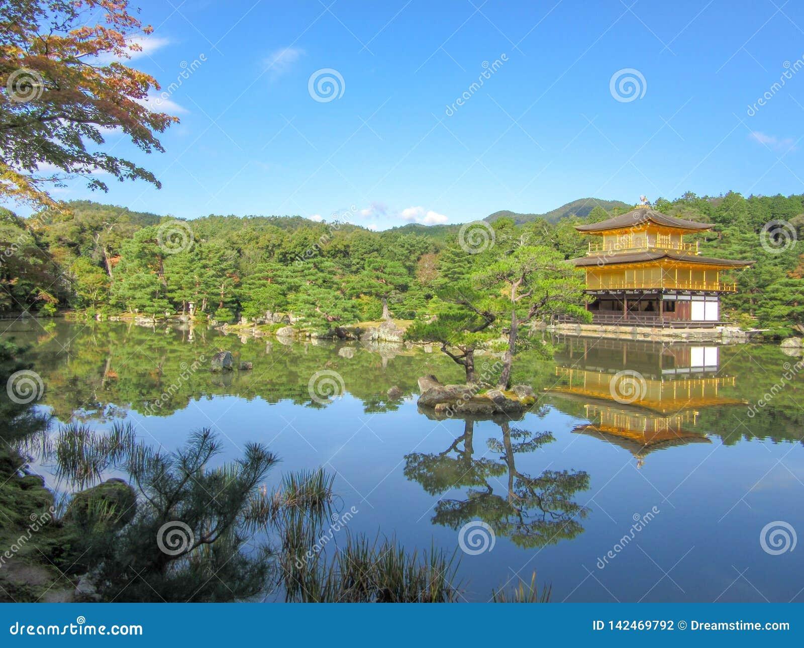在湖附近的Kinkakuji寺庙