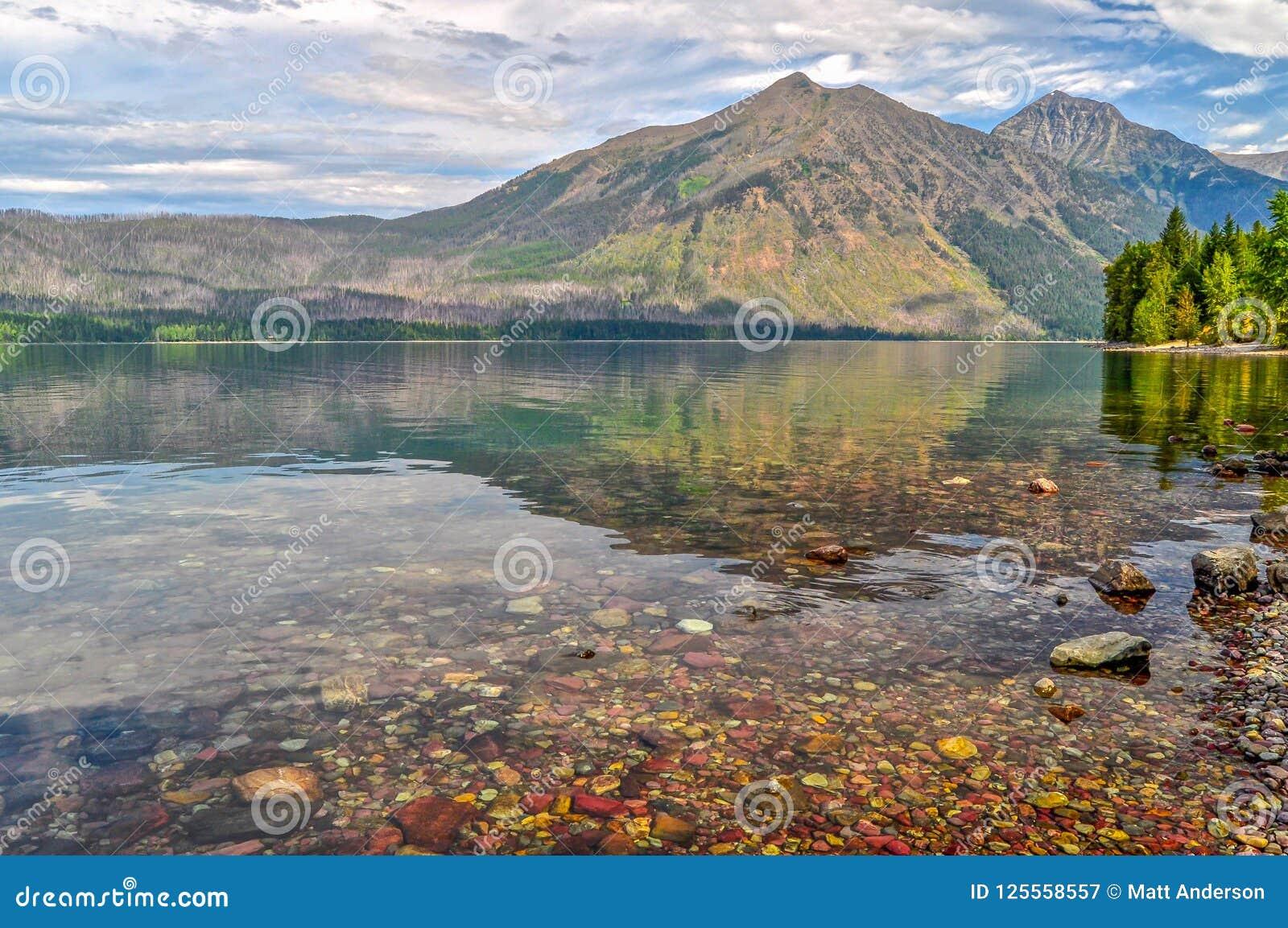 在湖麦当劳水域反映的山在冰川国家公园