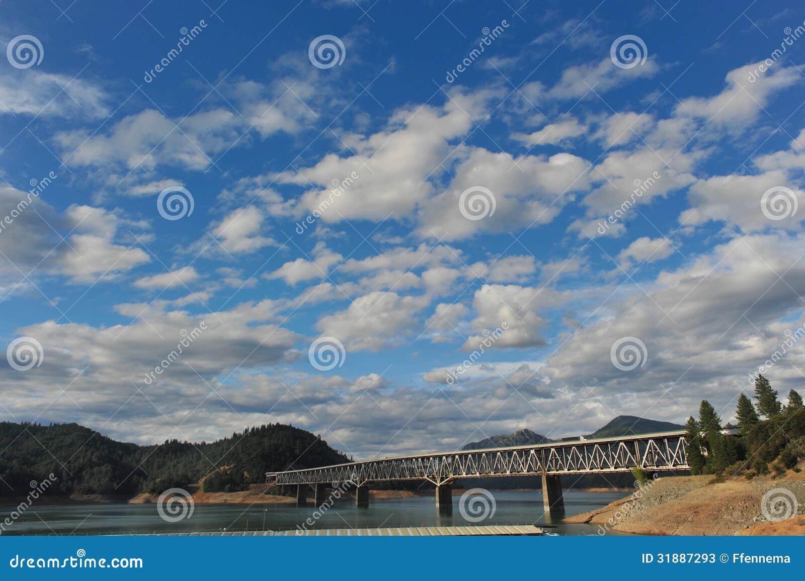 在湖Shasta的桥梁在多云天空下