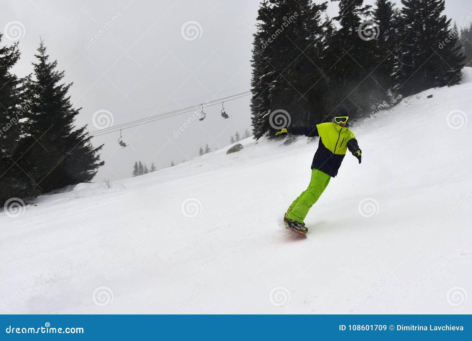 在滑雪倾斜的飞雪