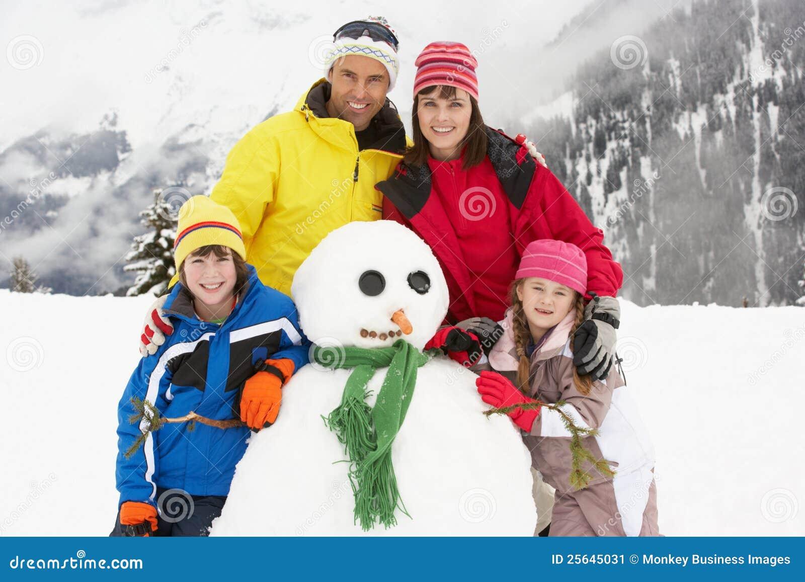 在滑雪节假日的系列组装雪人