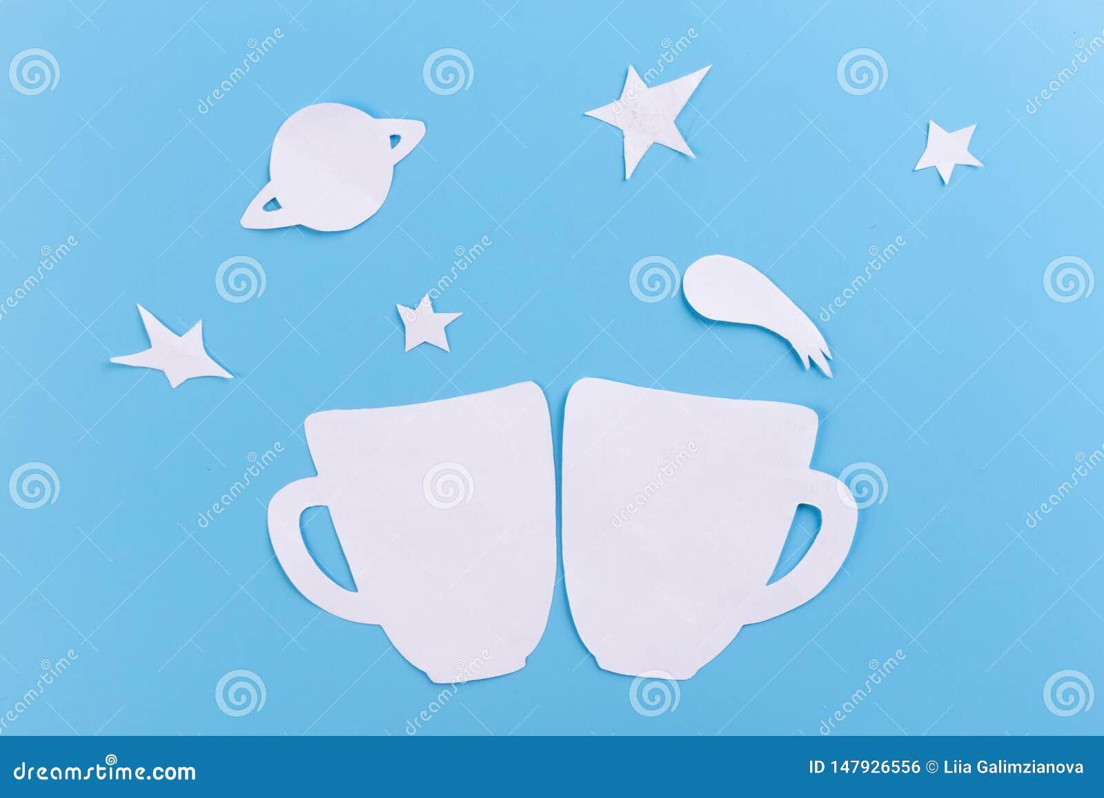 在满天星斗的天空背景的杯子