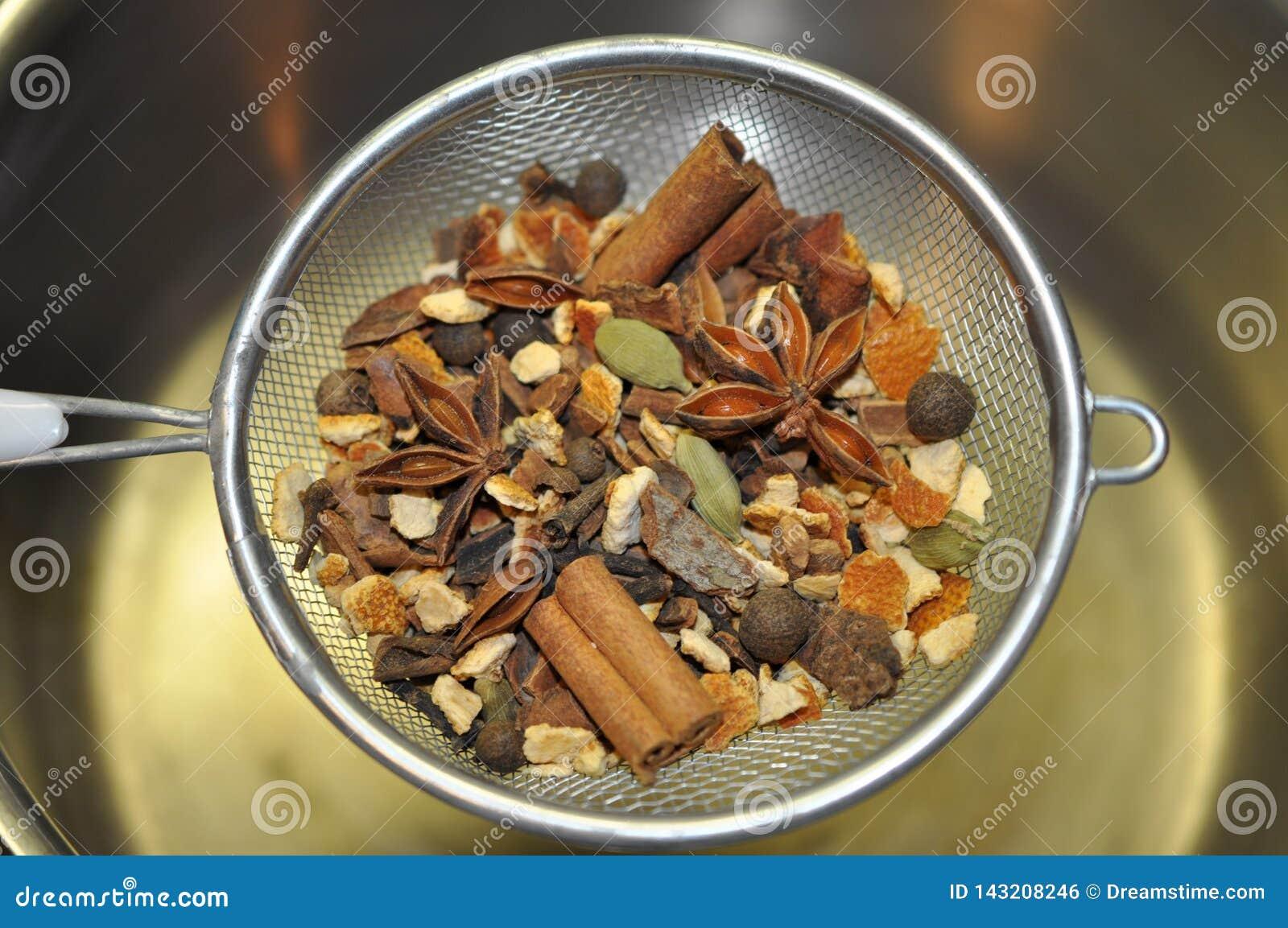 在滤锅的仔细考虑的香料