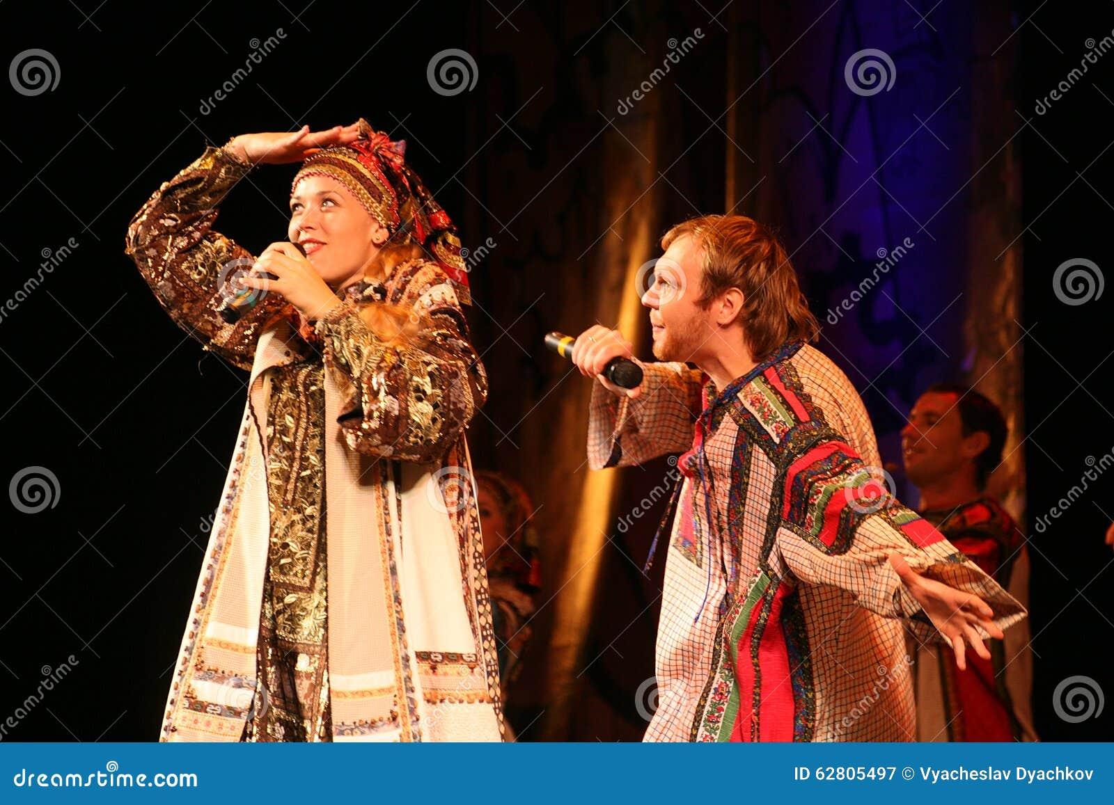 在演员、独奏者、国家戏院俄国人歌曲的歌手和舞蹈家阶段的表现