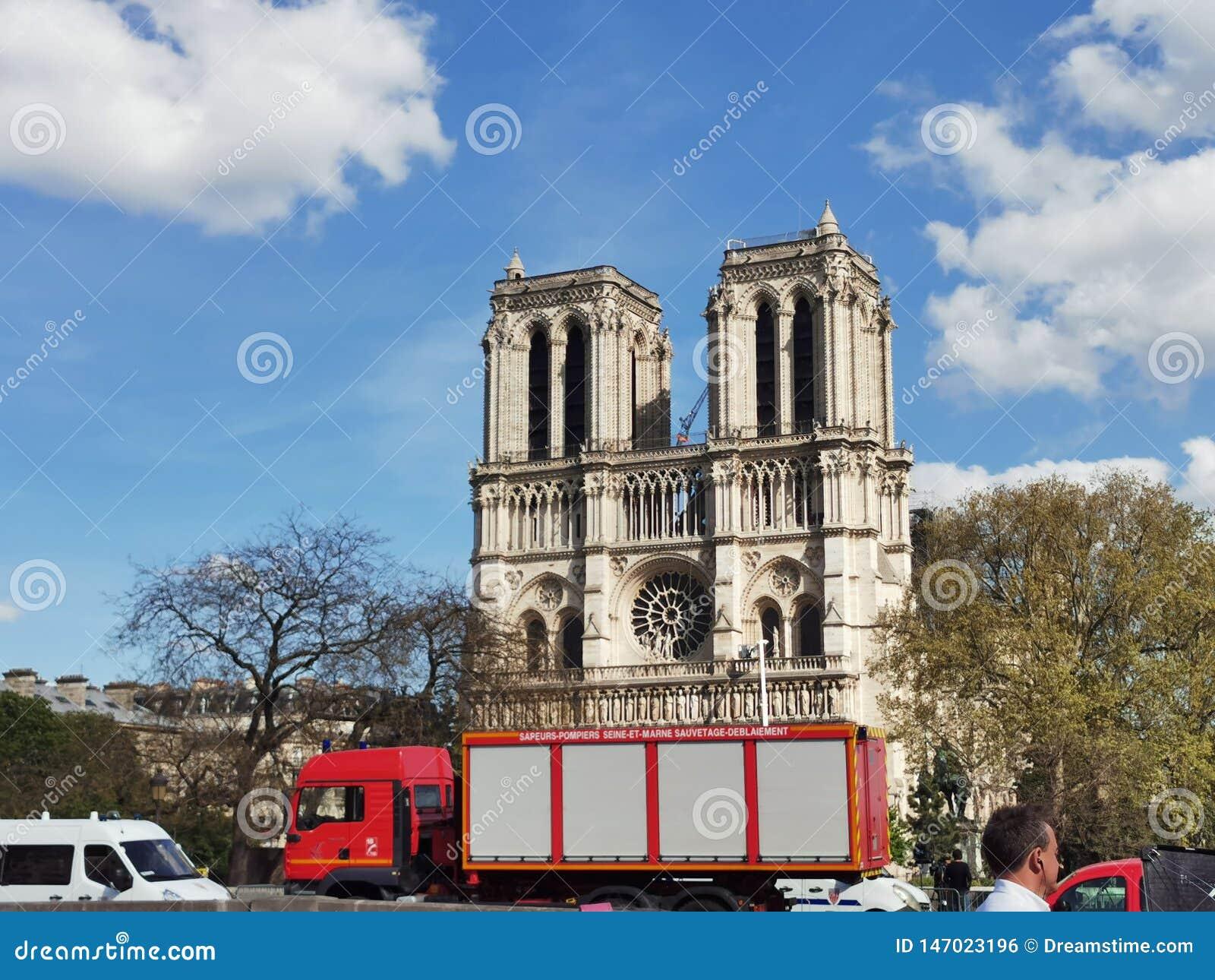 在火以后的Cathedrale巴黎圣母院