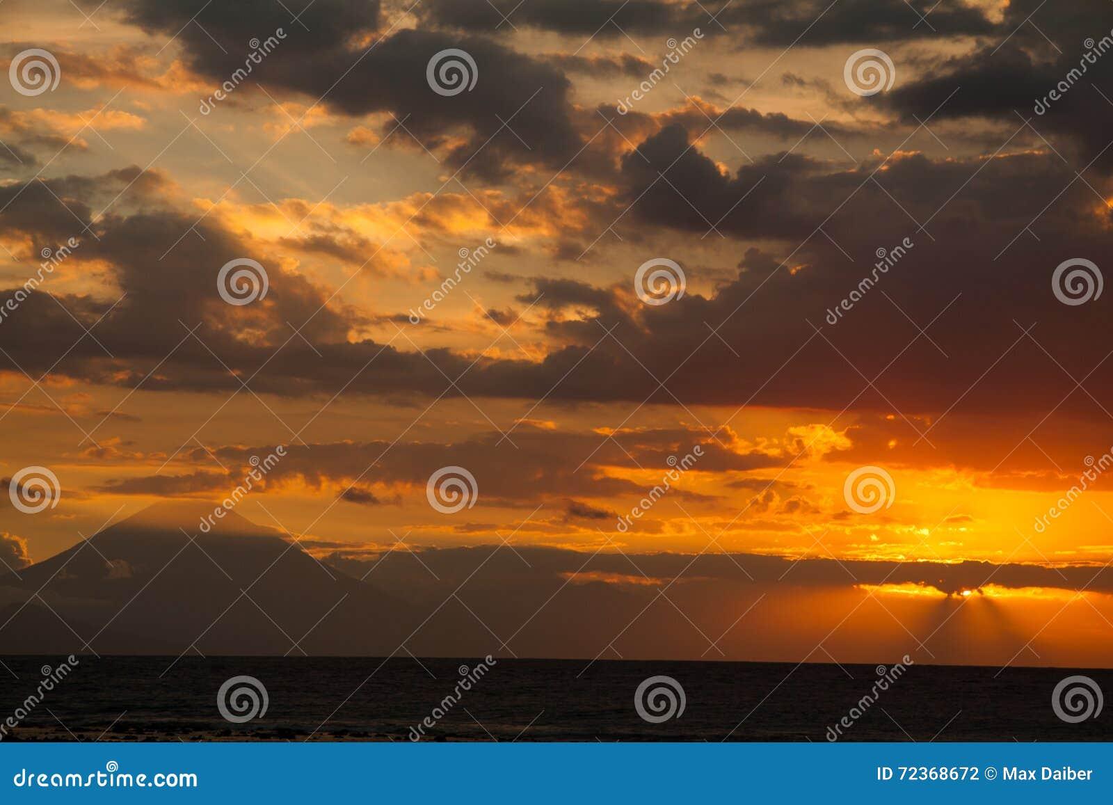 在火山Batur的日落从龙目岛站点