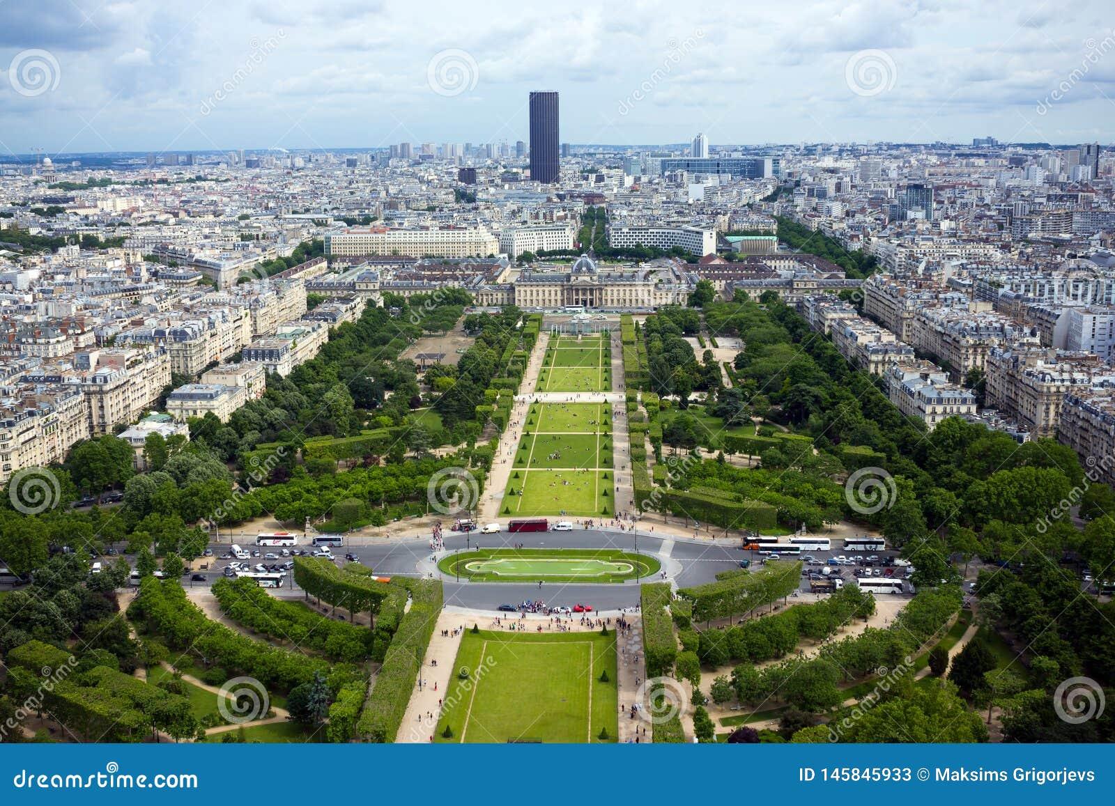 在火星领域和蒙巴纳斯大厦的鸟瞰图从埃菲尔铁塔在巴黎,法国,2013年6月25日