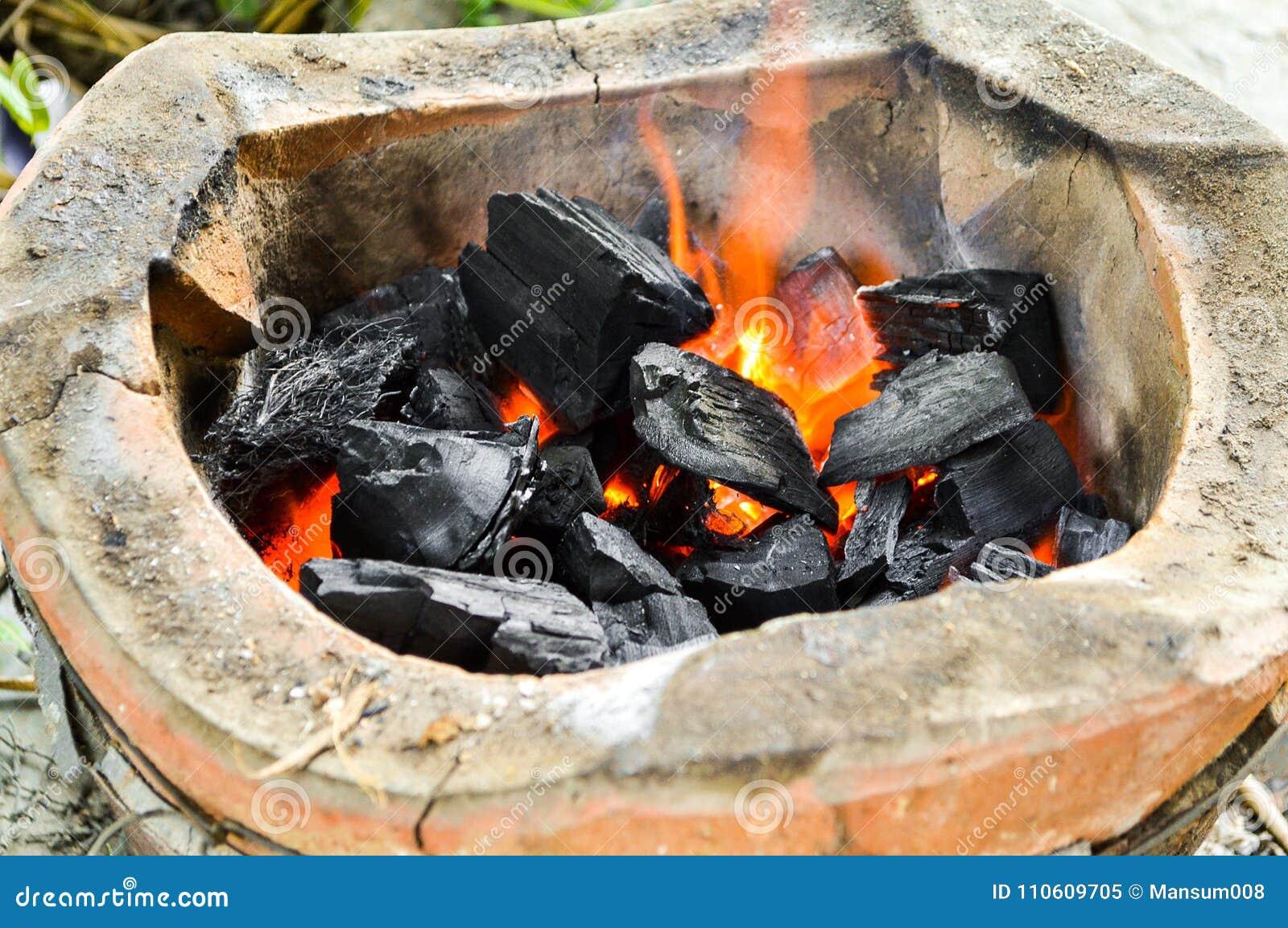 在火炉的热的煤炭