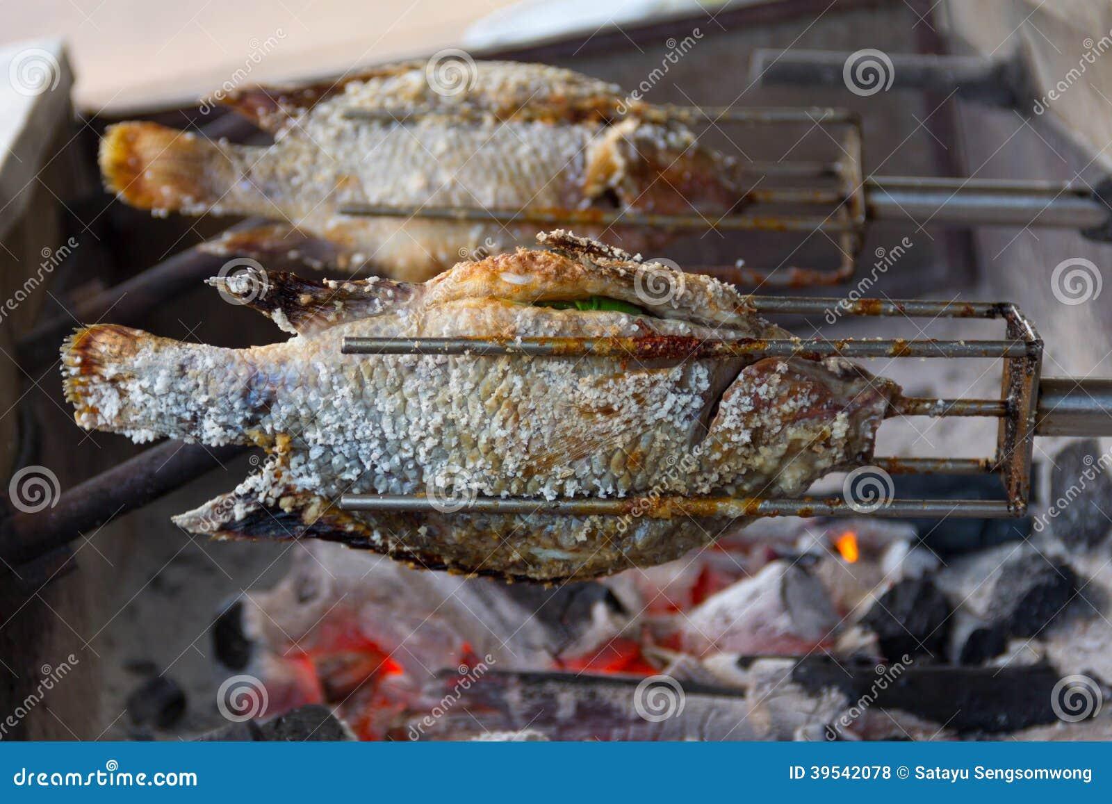 在火炉盐溶的烤罗非鱼鱼.小黄鱼罐头品牌图片