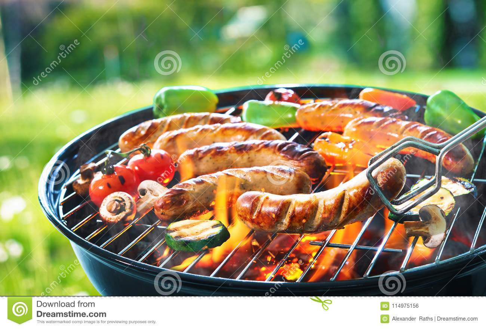 在火焰状格栅的烤香肠