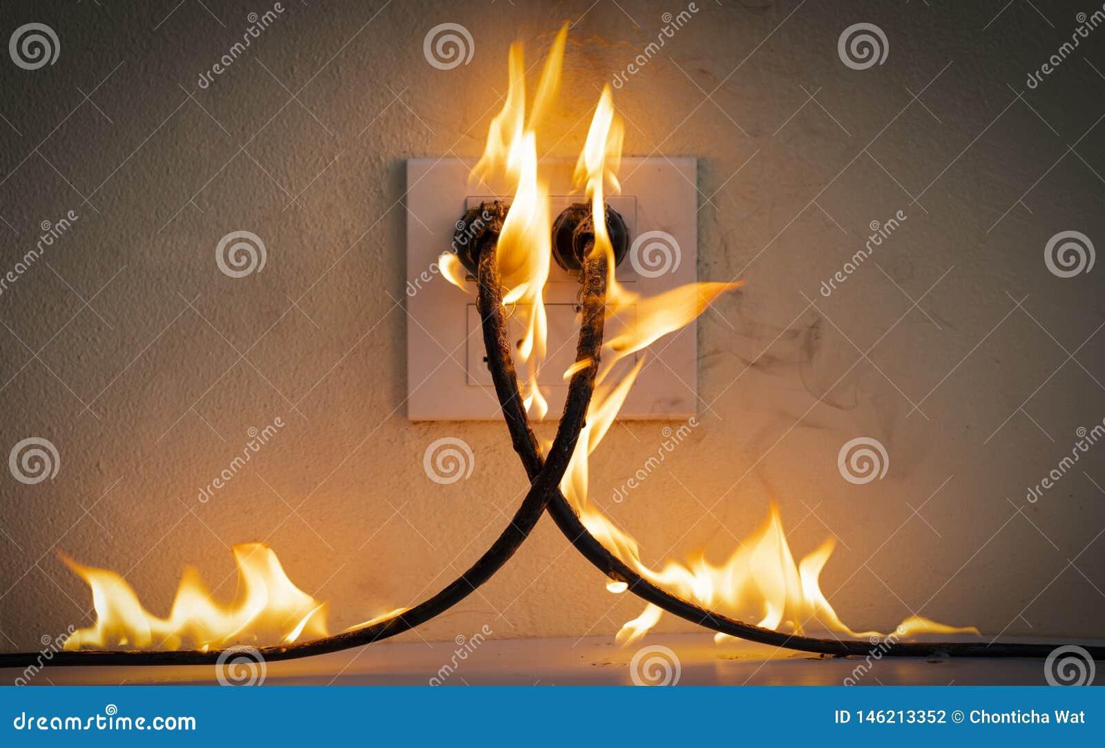 在火电线插座容器墙壁分开