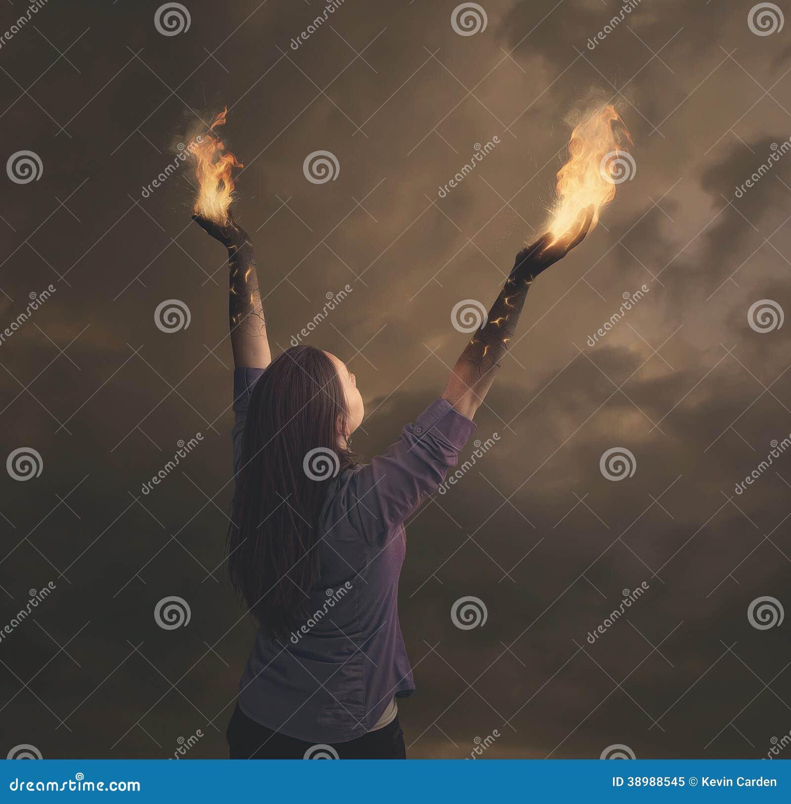 在火的妇女的胳膊。