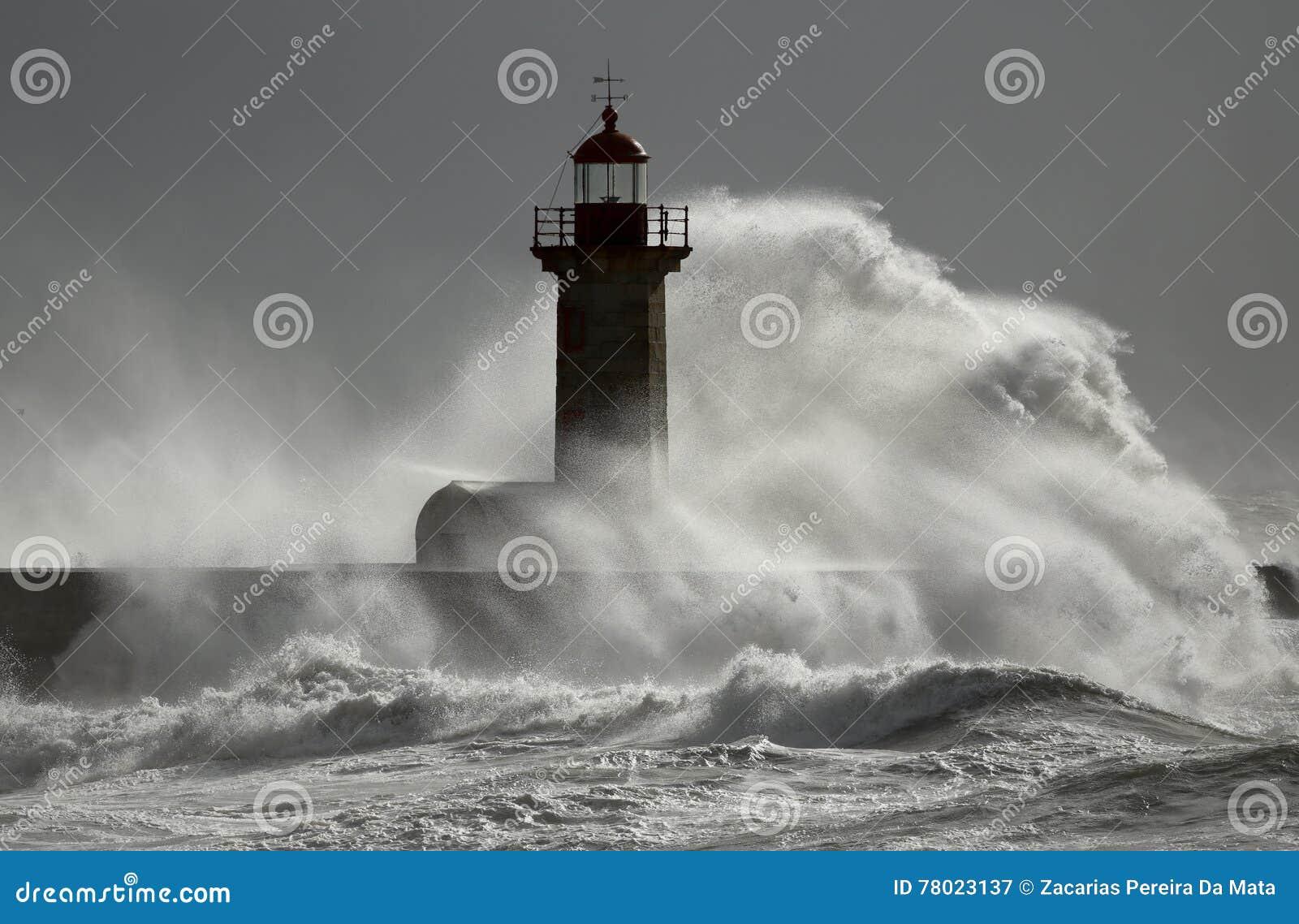 在灯塔的风雨如磐的波浪