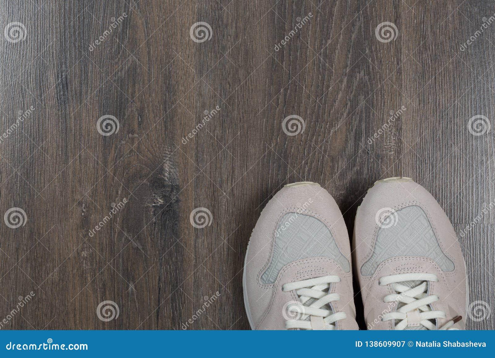 在灰色地板上的运动鞋在家